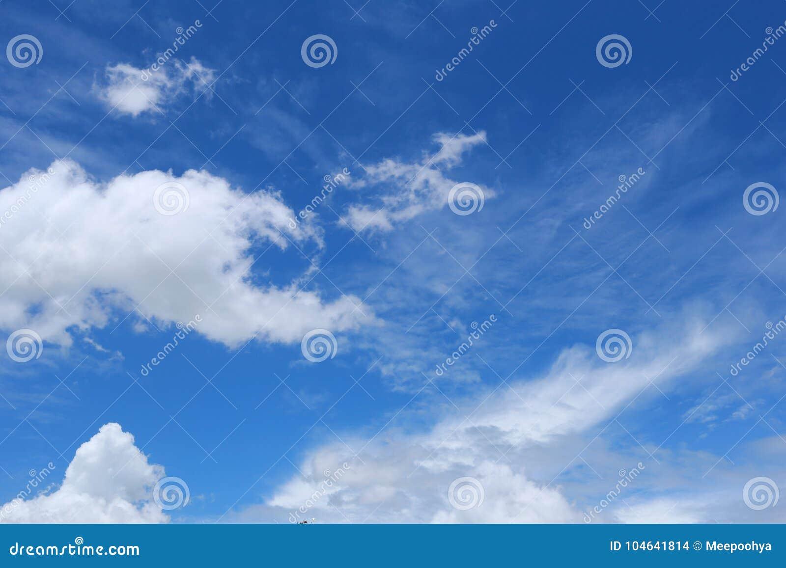 Download Wolk Op Blauwe Hemel In De Dag Stock Foto - Afbeelding bestaande uit schoonheid, ozon: 104641814
