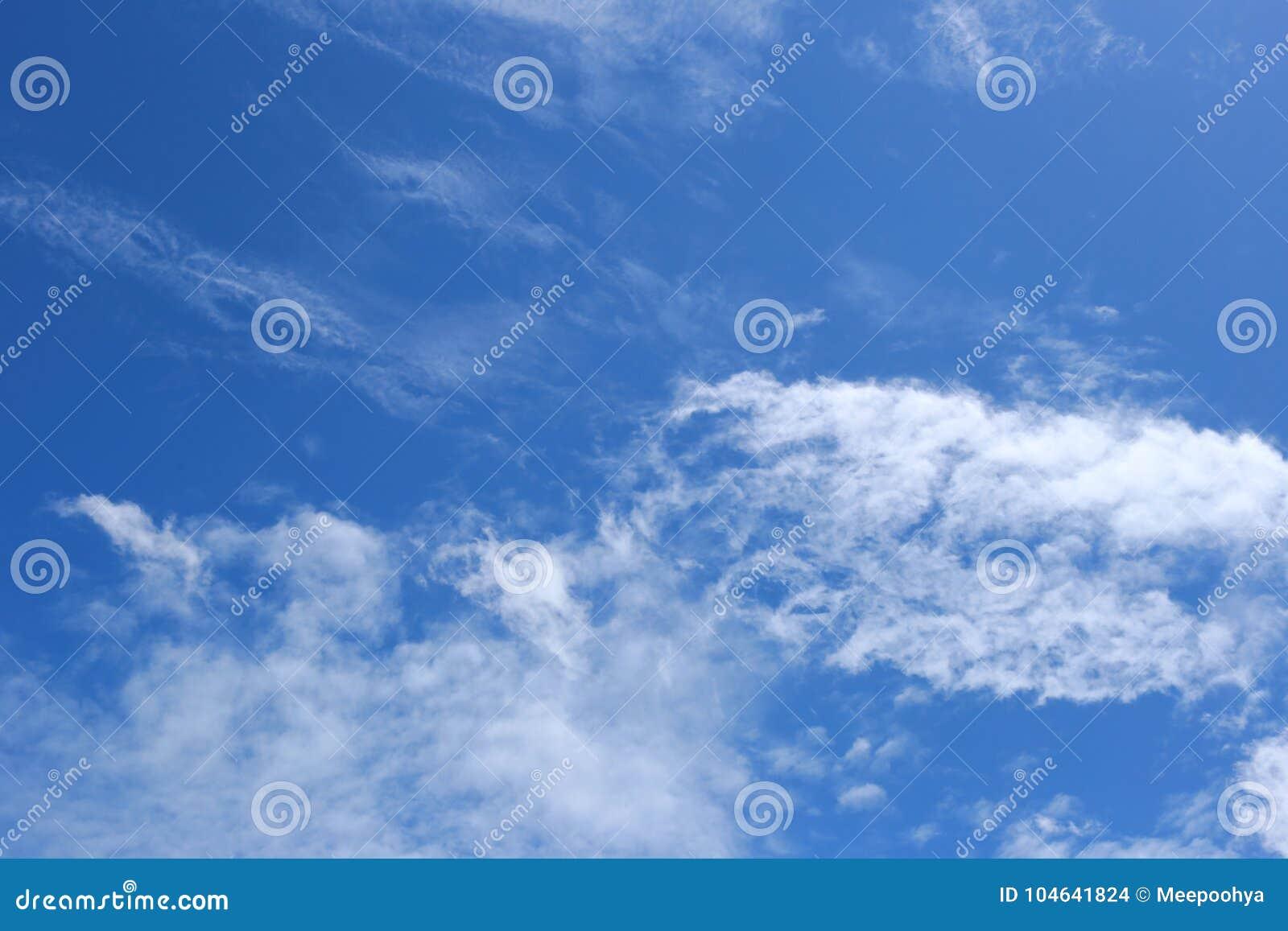 Download Wolk Op Blauwe Hemel In De Dag Stock Foto - Afbeelding bestaande uit wolk, milieu: 104641824