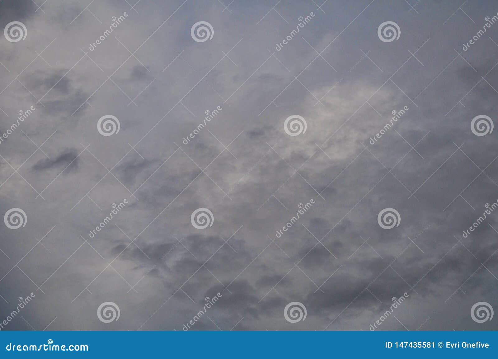 Wolk van de de zomer de mooie aard op blauwe hemel voor vertoningsproduct of achtergrond of behang