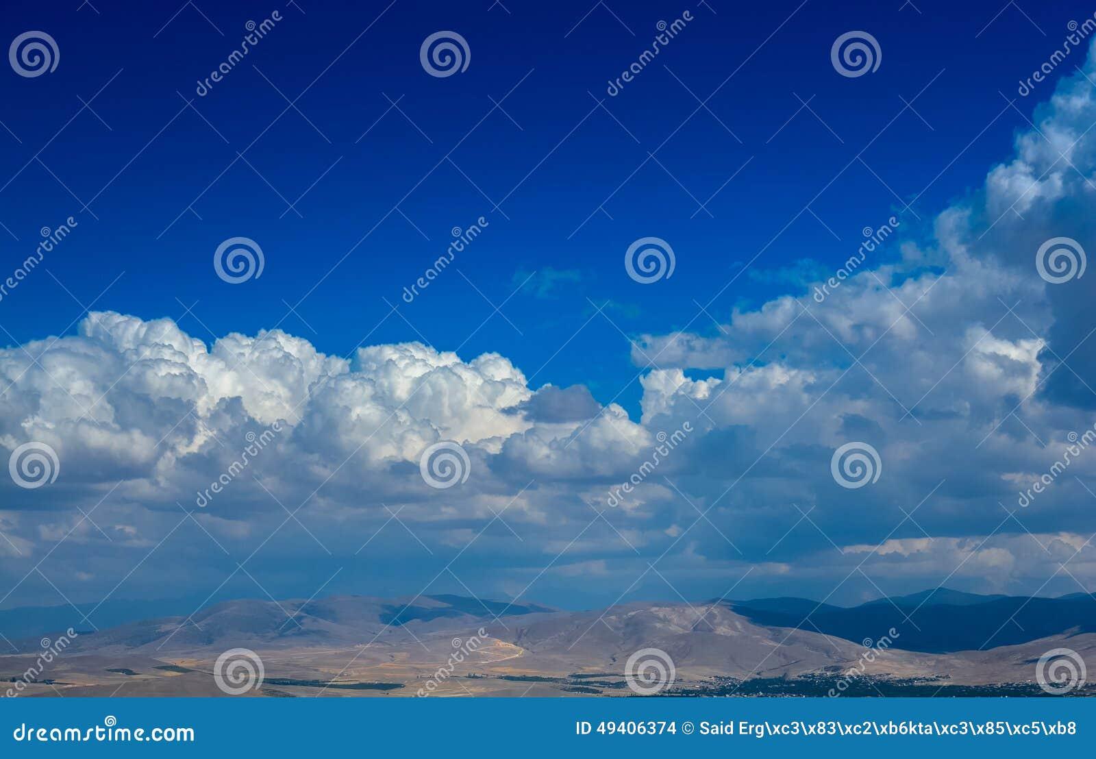 Download Wolken über Bergen stockfoto. Bild von stadt, sauber - 49406374