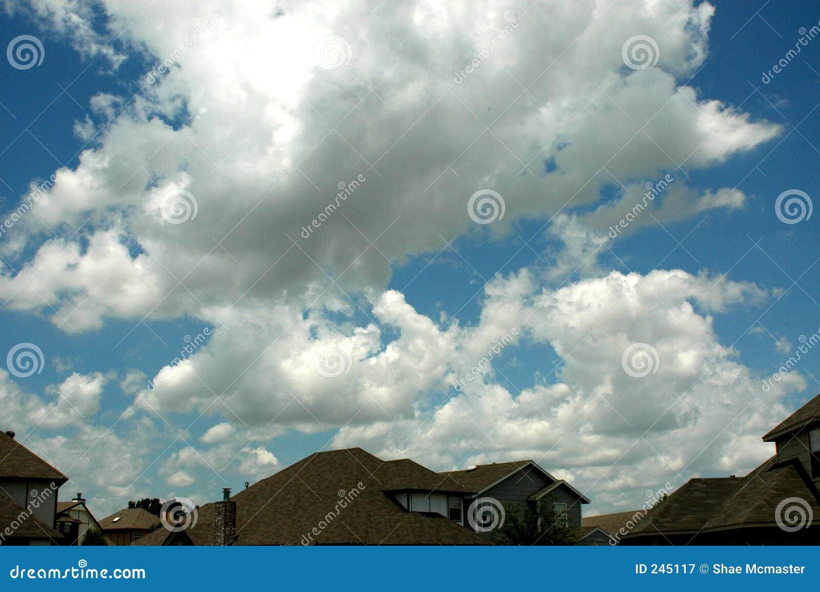 Wolken über Häusern Bild. Bild: 245117
