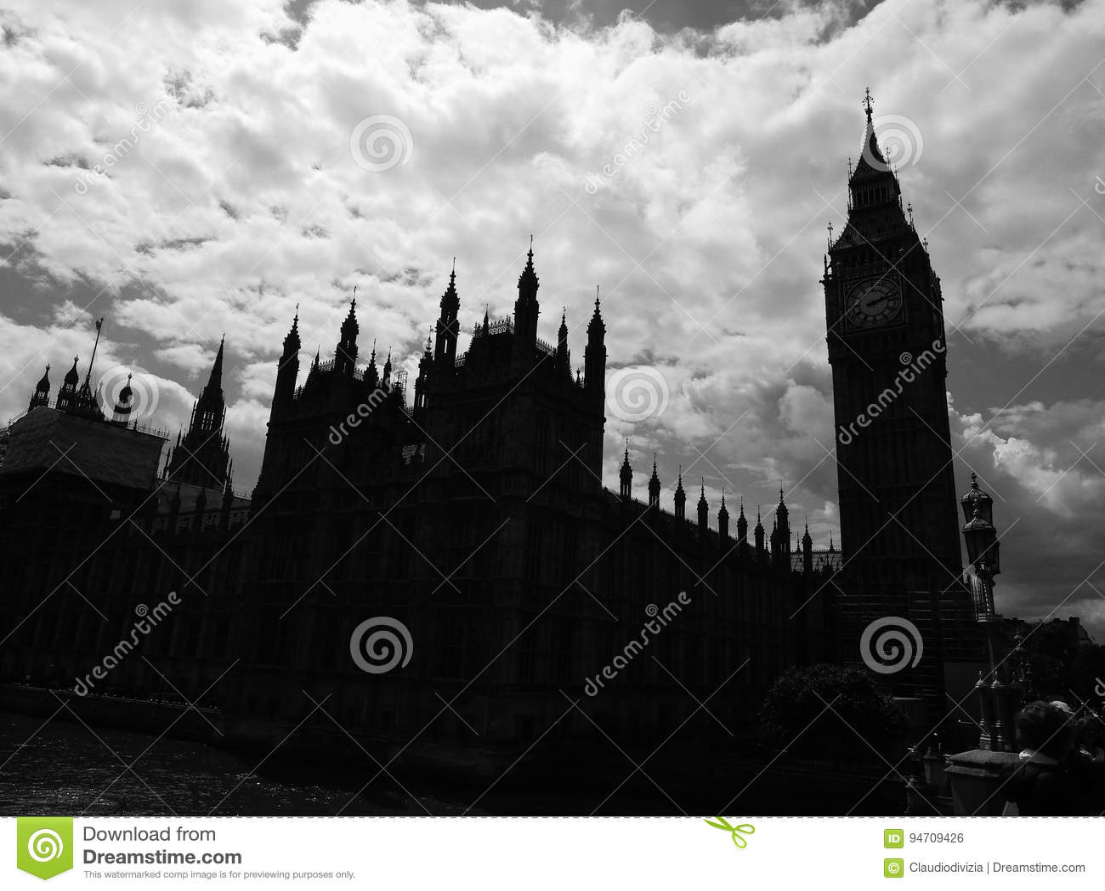Wolken über Parlamentsgebäuden in London