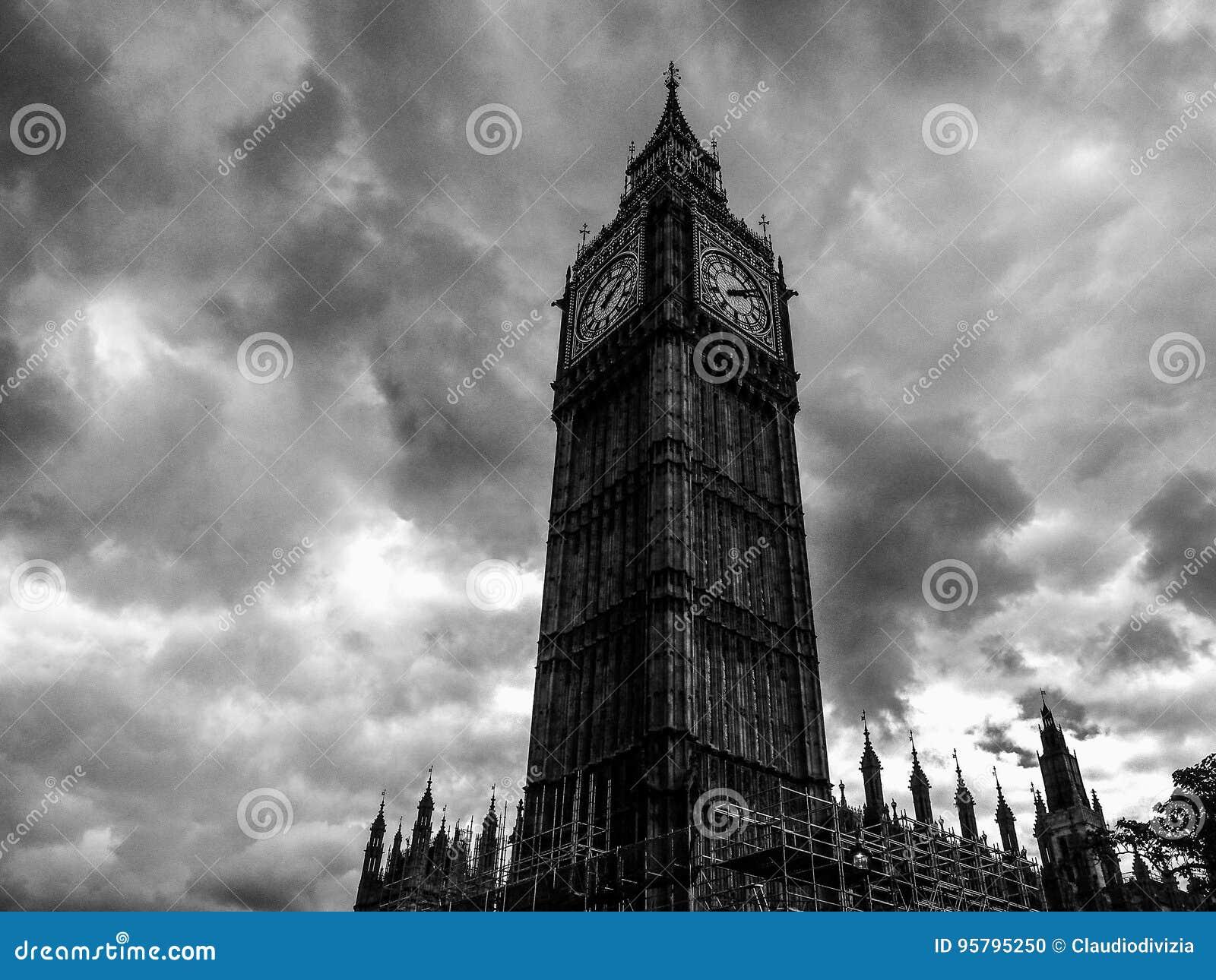 Wolken über Parlamentsgebäuden in London (hdr)