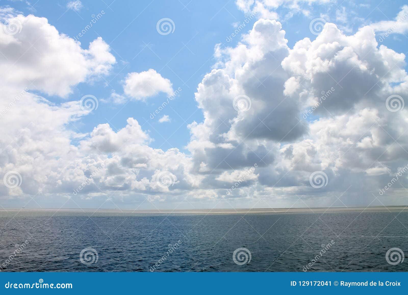 Wolken, die über dem Meer hängen