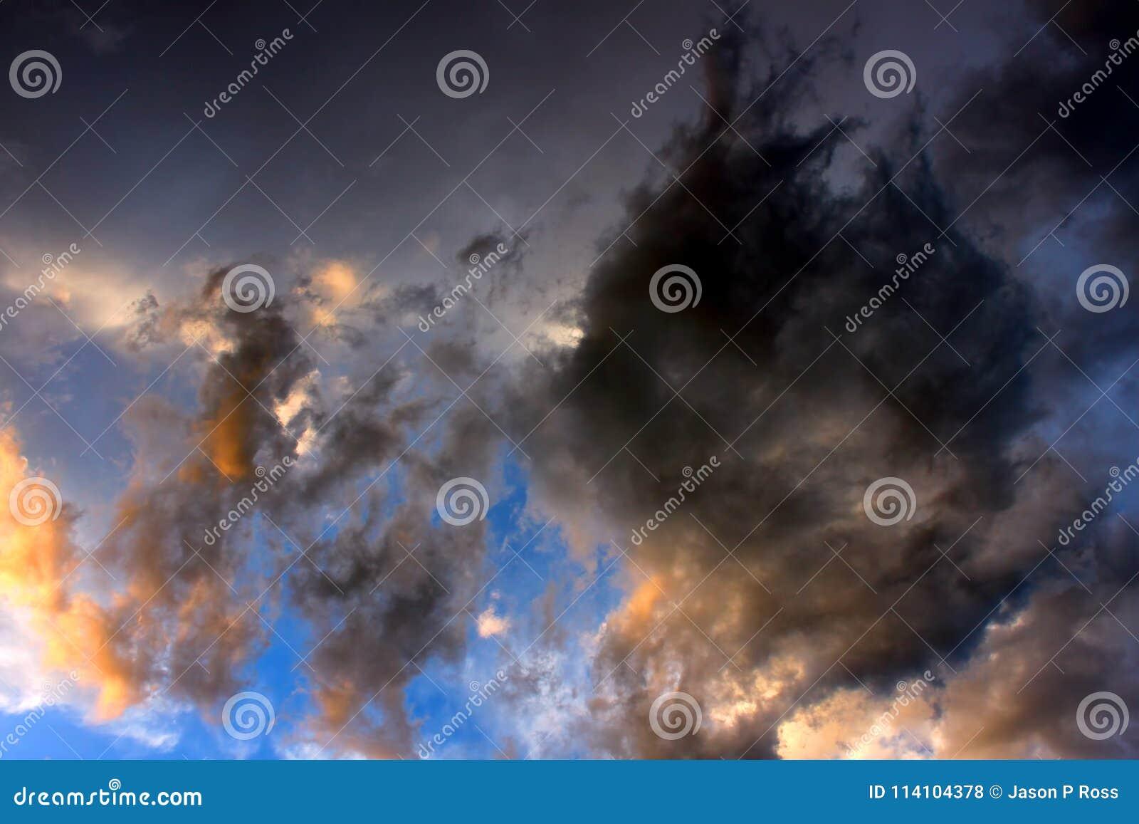 Wolken Die Bij Zonsondergang Worden Verlicht Stock Foto - Afbeelding ...