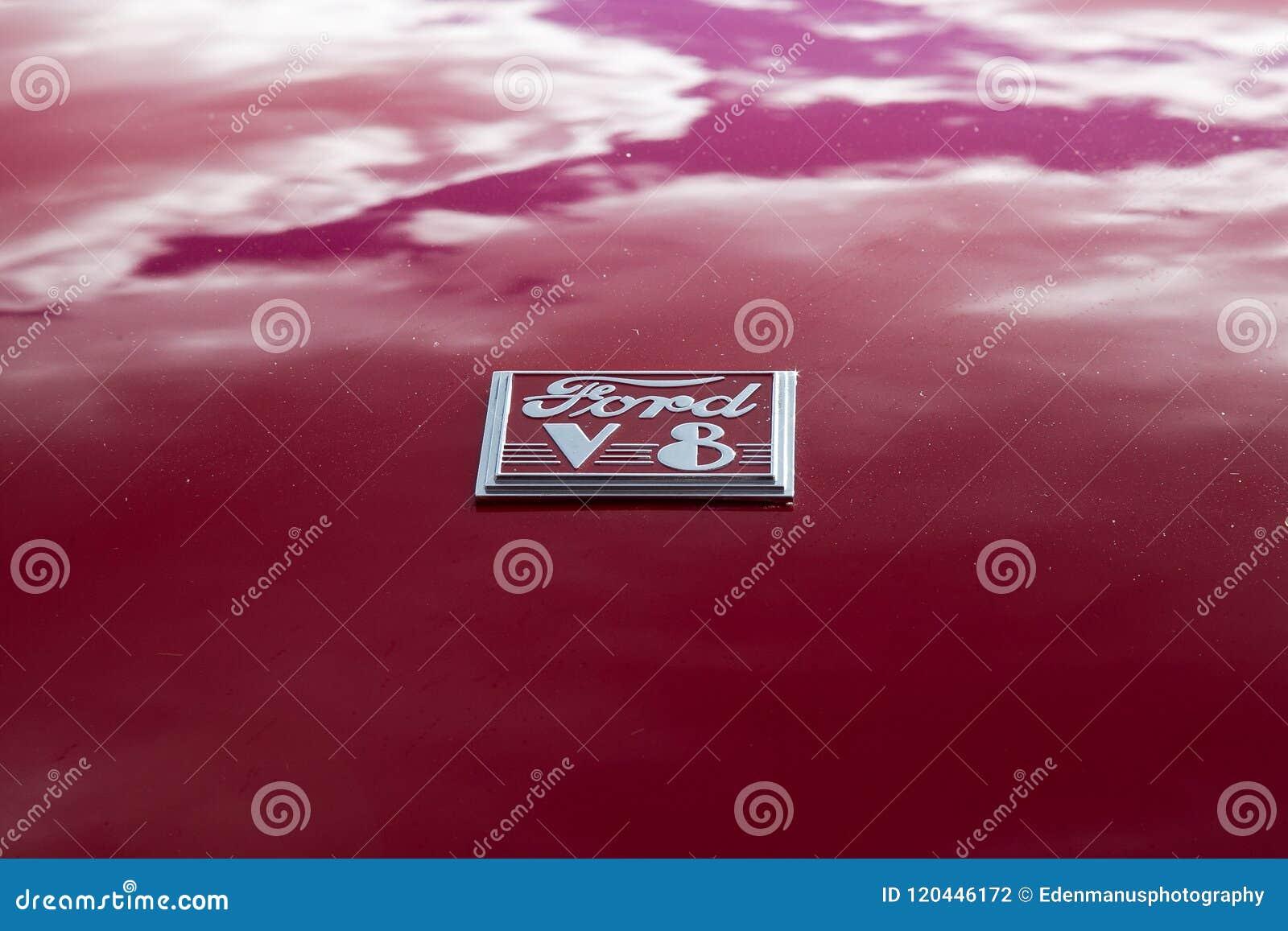 Wolken die in de Rode Verf van Klassiek Ford nadenken