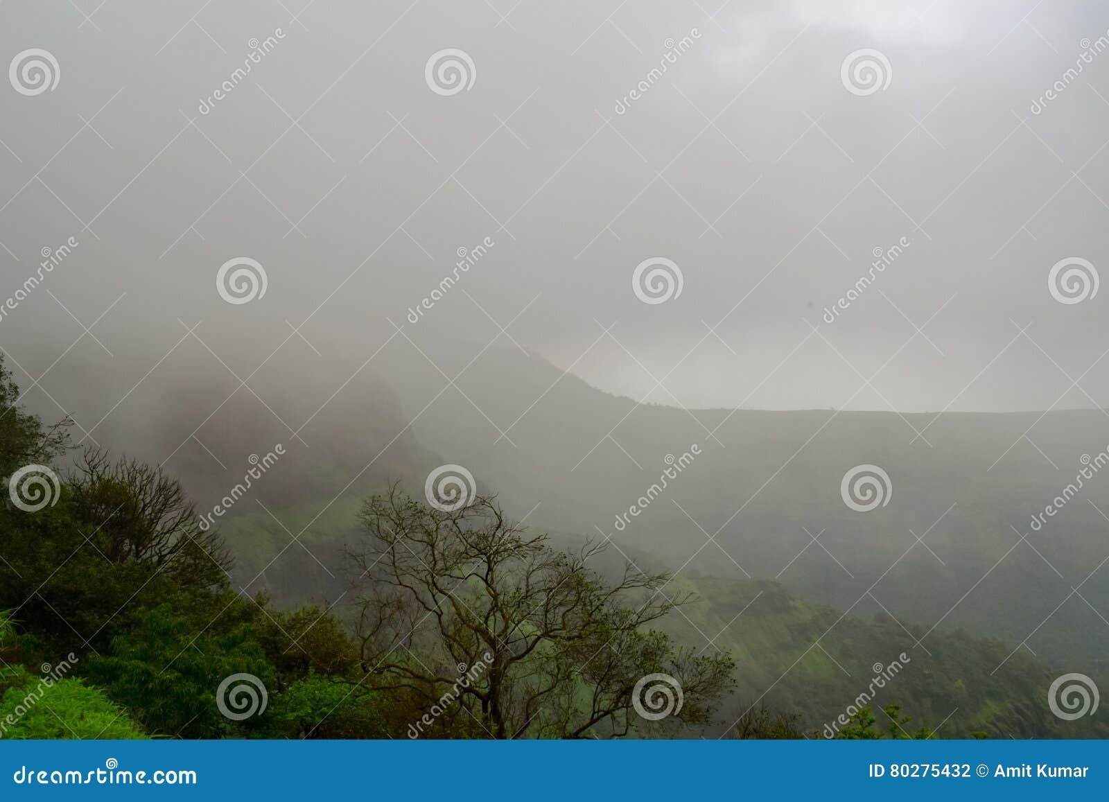 Wolken, die in der Matheran-Hügelstation von Raigad-Bezirk Maharashtra schweben