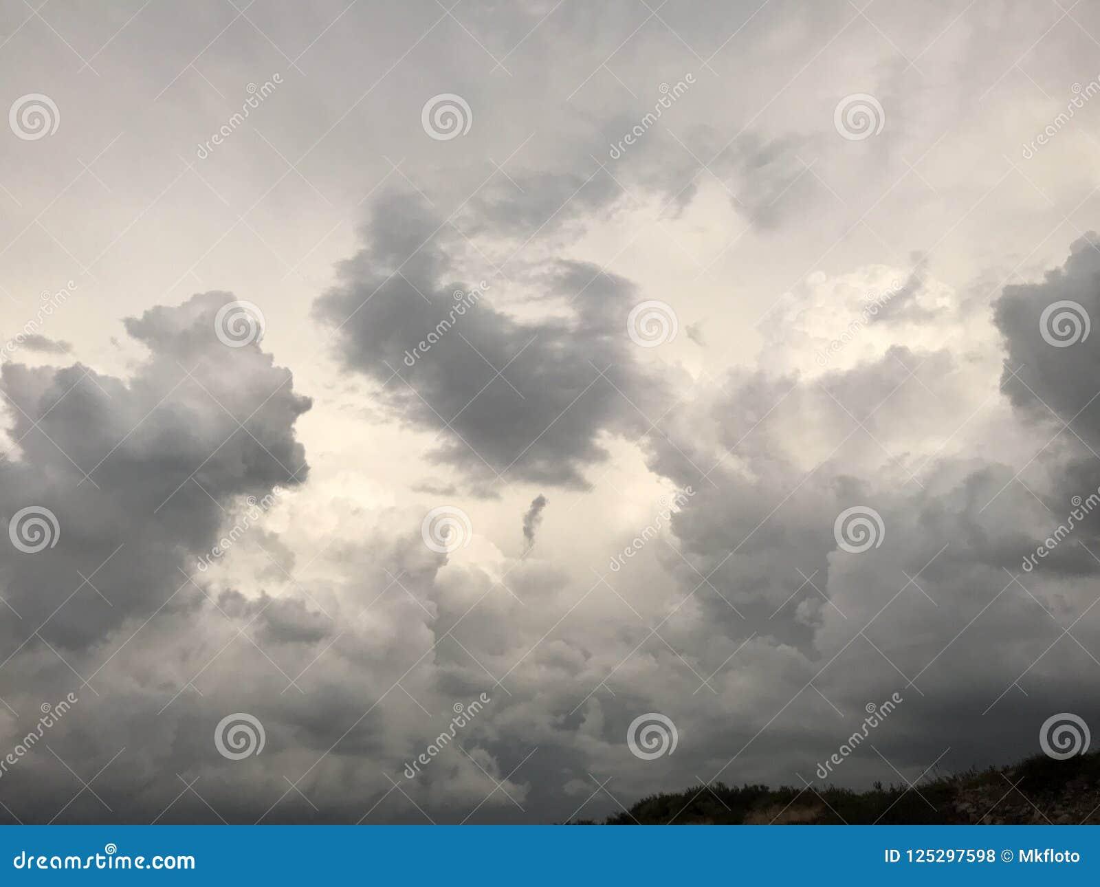 Wolken die over Woestijn vliegen