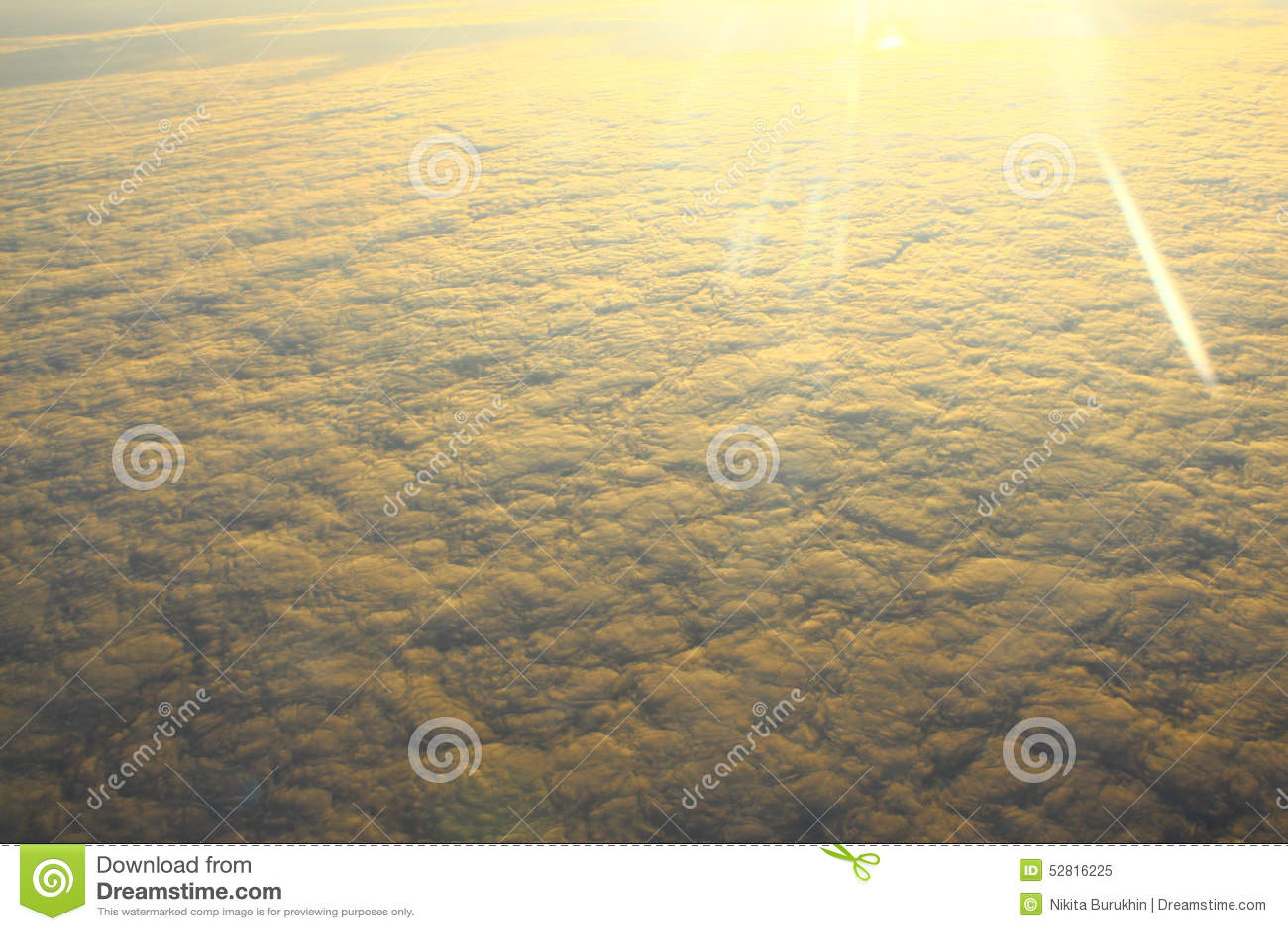 Wolken Door De Zon Worden Verlicht, Die Boven De Wolken Vliegen Die ...