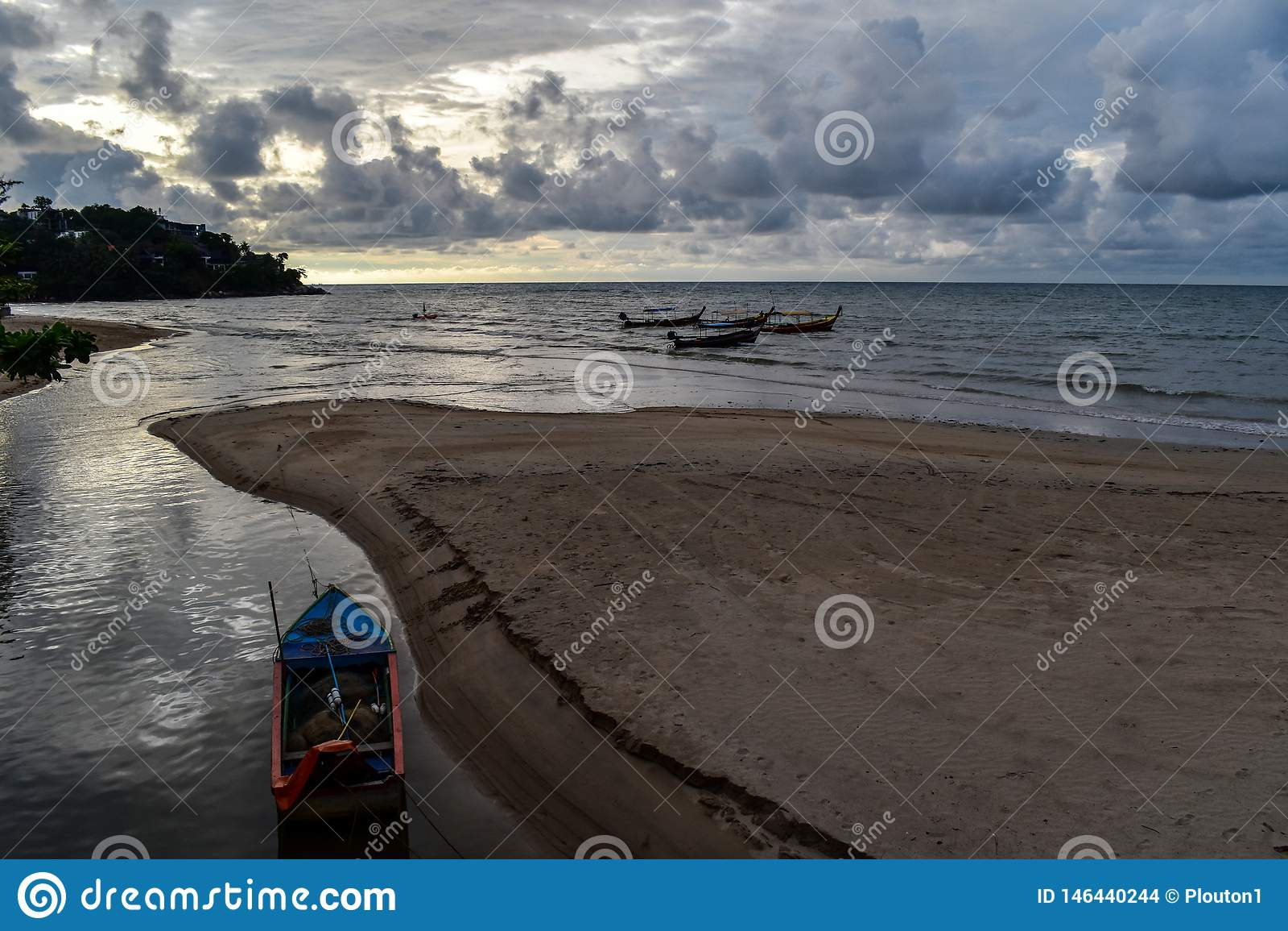 Wolken en boten in Kamala Beach, Phuket, Thailand