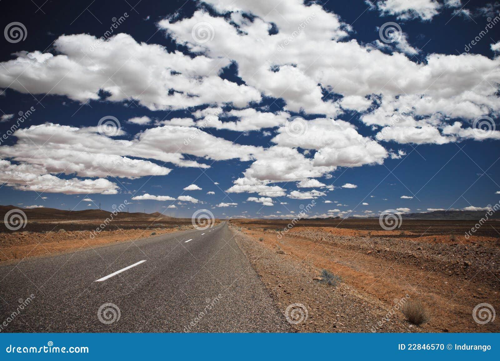 Wolken en de weg