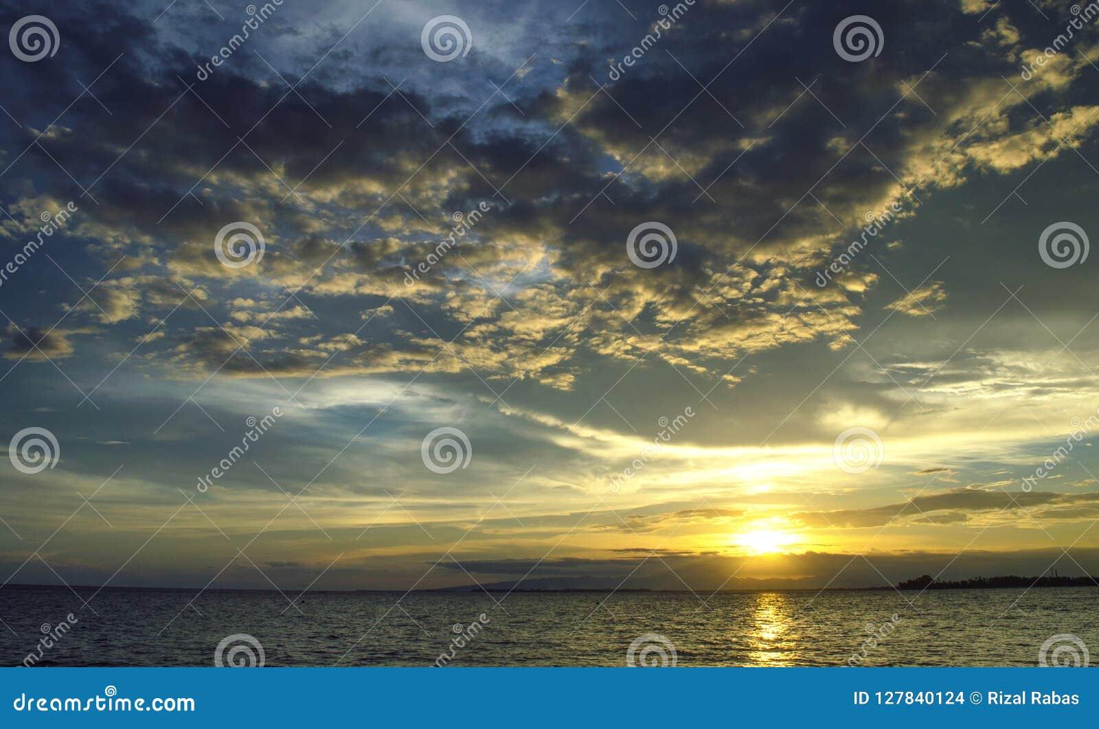Wolken en sunsets op het strand