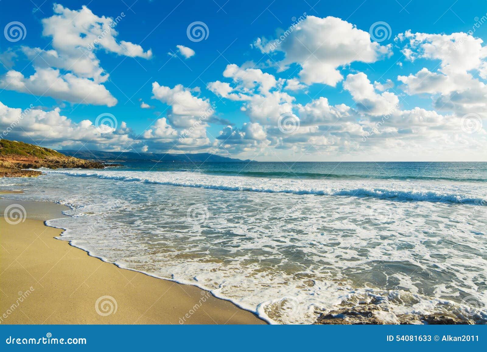 Wolken in het strand van Le Bombarde