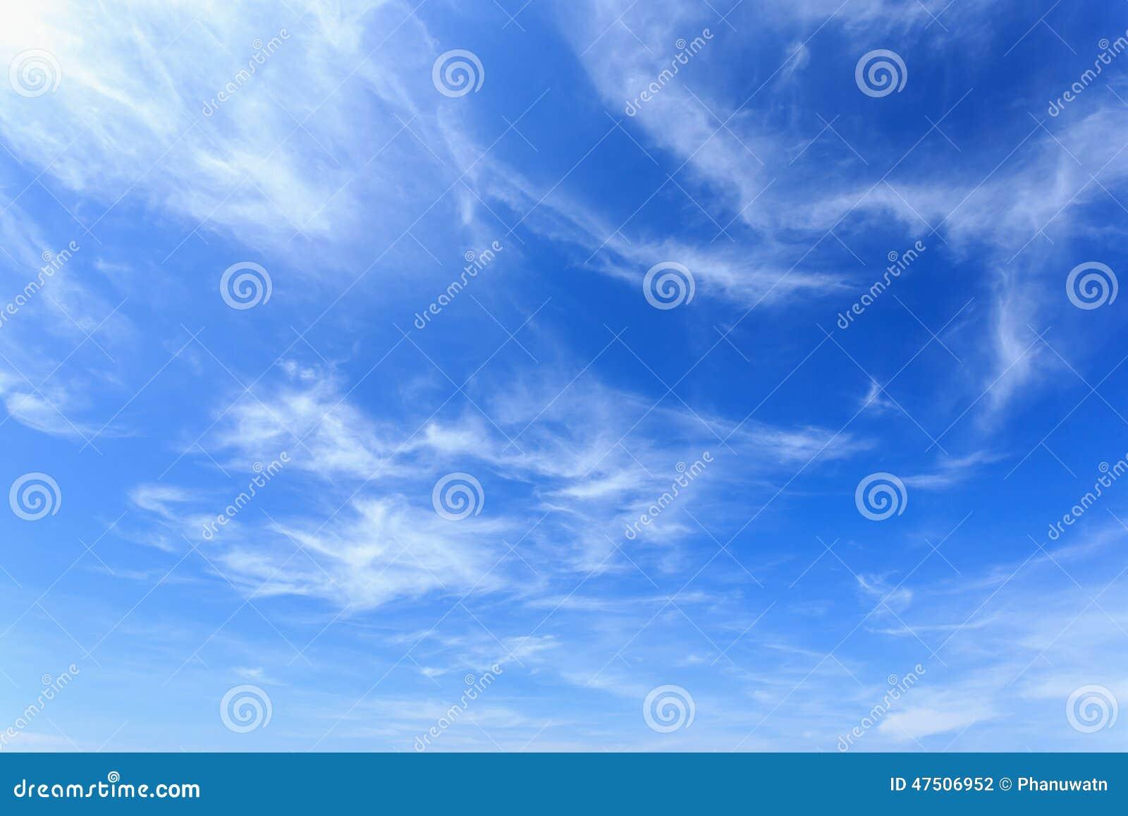 Wolken im blauen Himmel stockfoto. Bild von cumuli, outdoor - 47506952