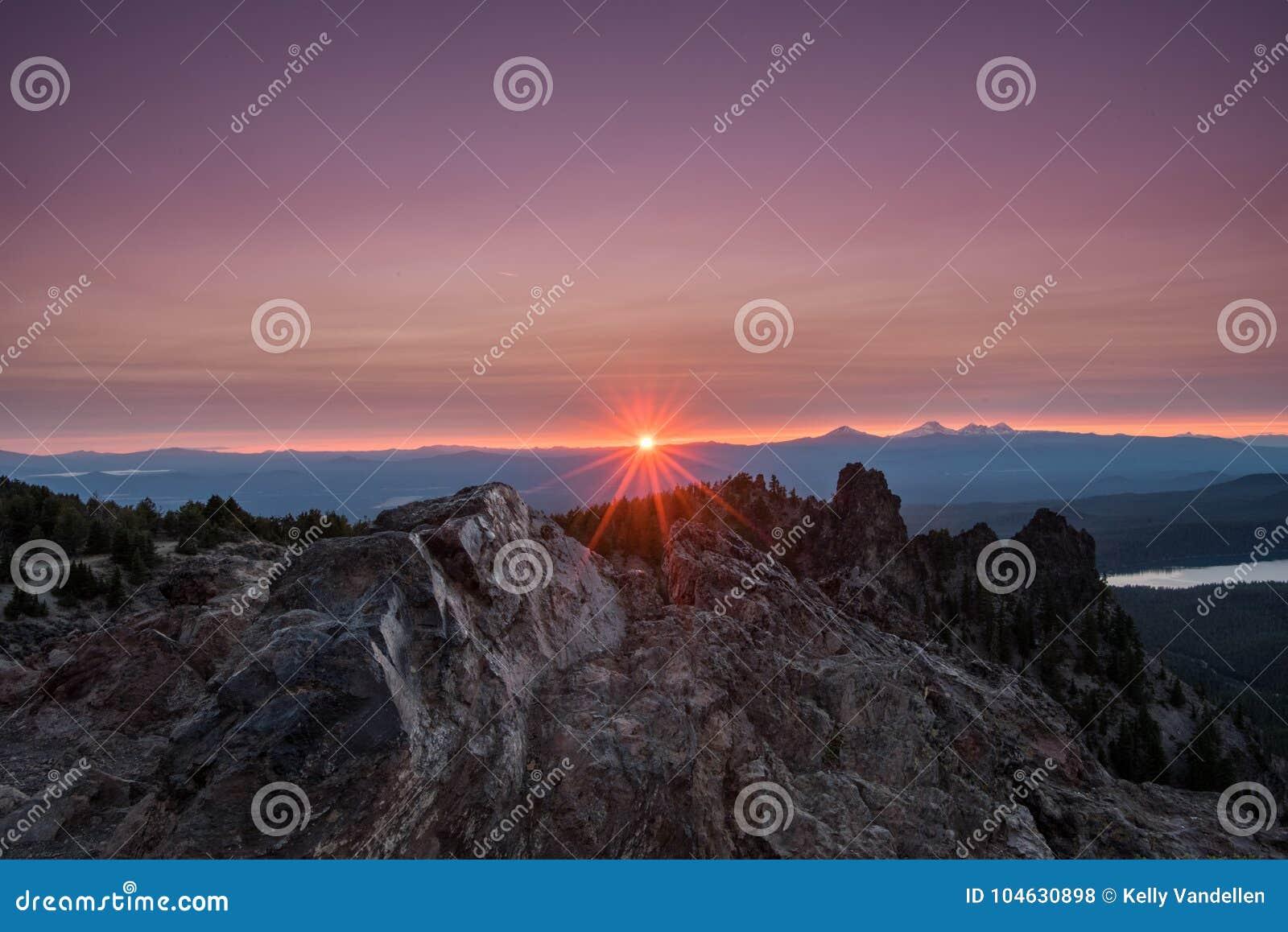 Download Wolken Lichtpaarse Bovengenoemde Zonnestraal Op Paulina Peak Stock Foto - Afbeelding bestaande uit vreedzaam, mount: 104630898