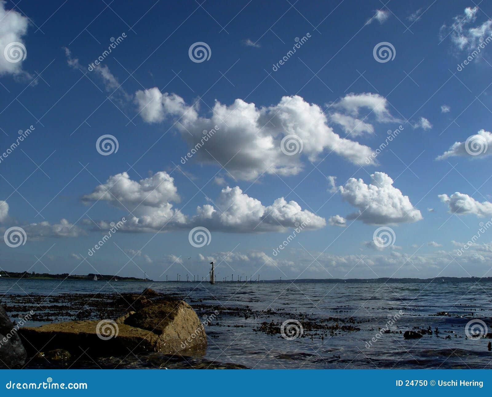 Wolken over fjord