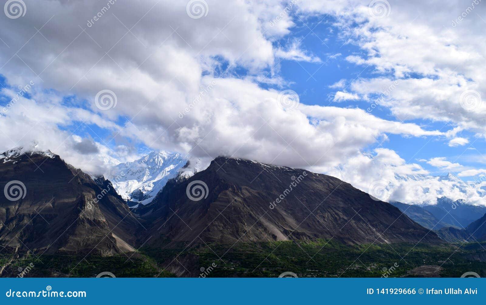 Wolken und die Gebirgswaldlandschaft