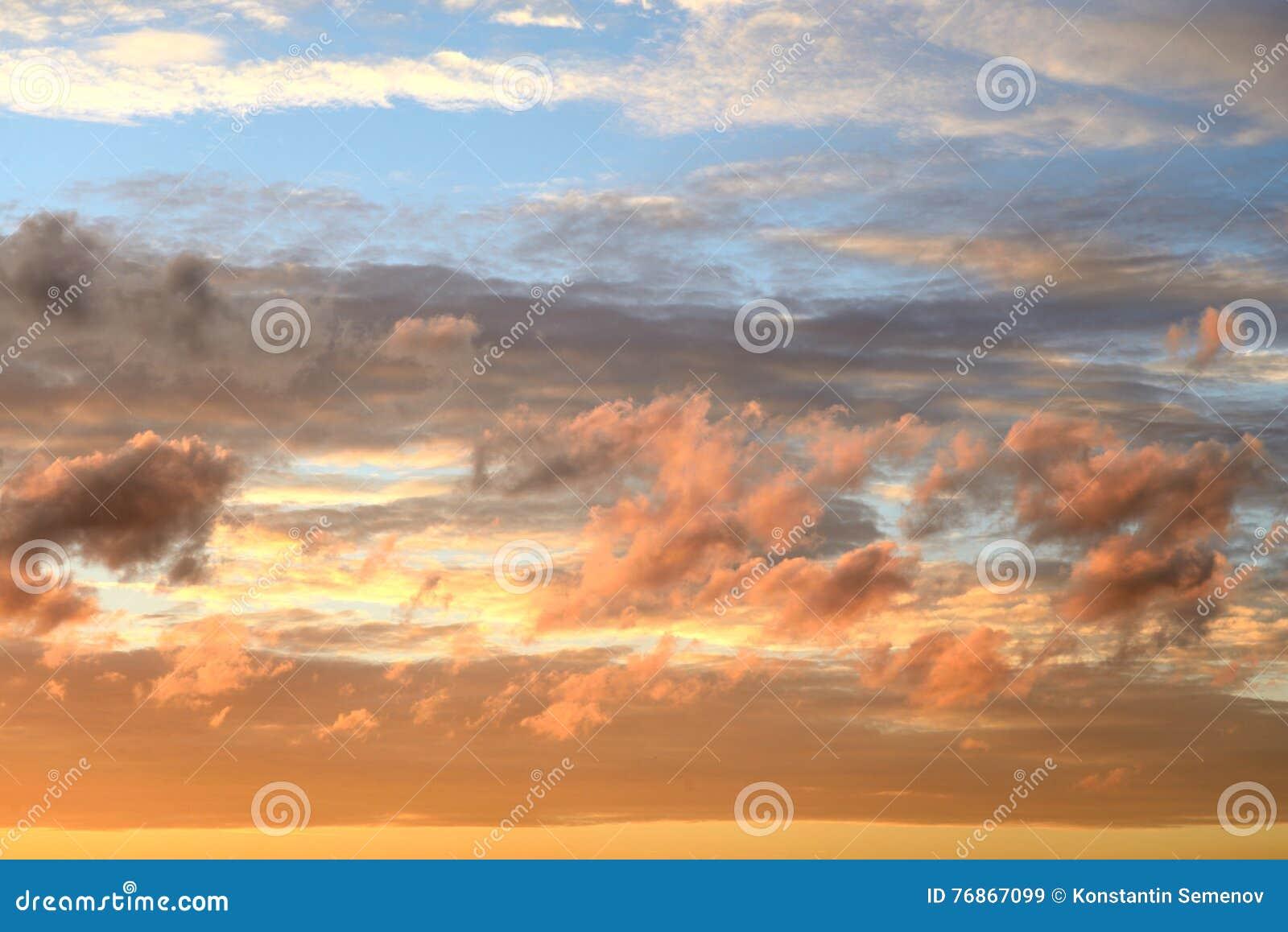 Wolkenhemel bij zonsondergang