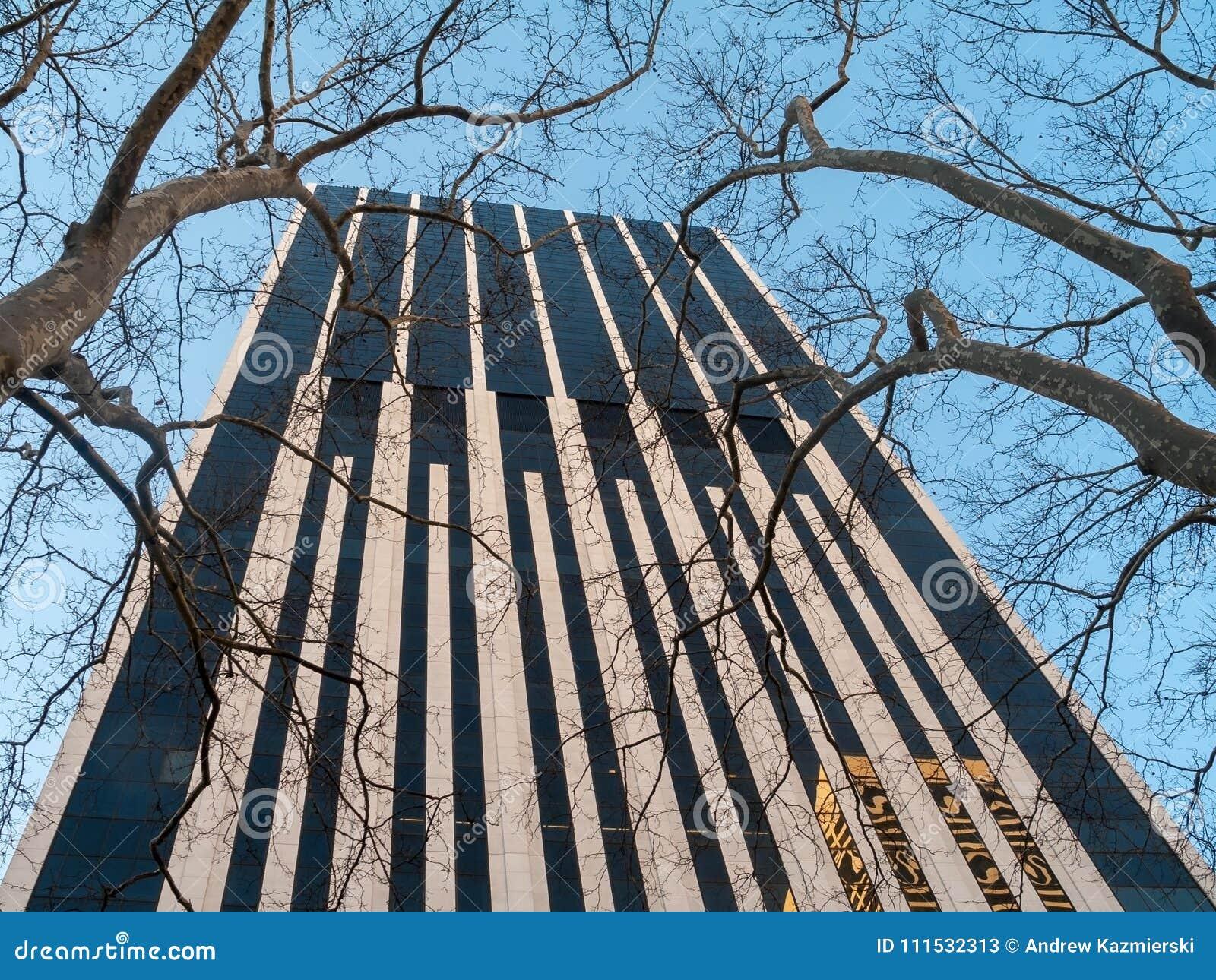 Wolkenkrabber en bomen