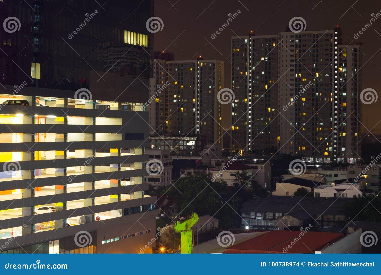 Wolkenkrabbers met lichten op de bureaus  s nachts, Bangkok, Thailand