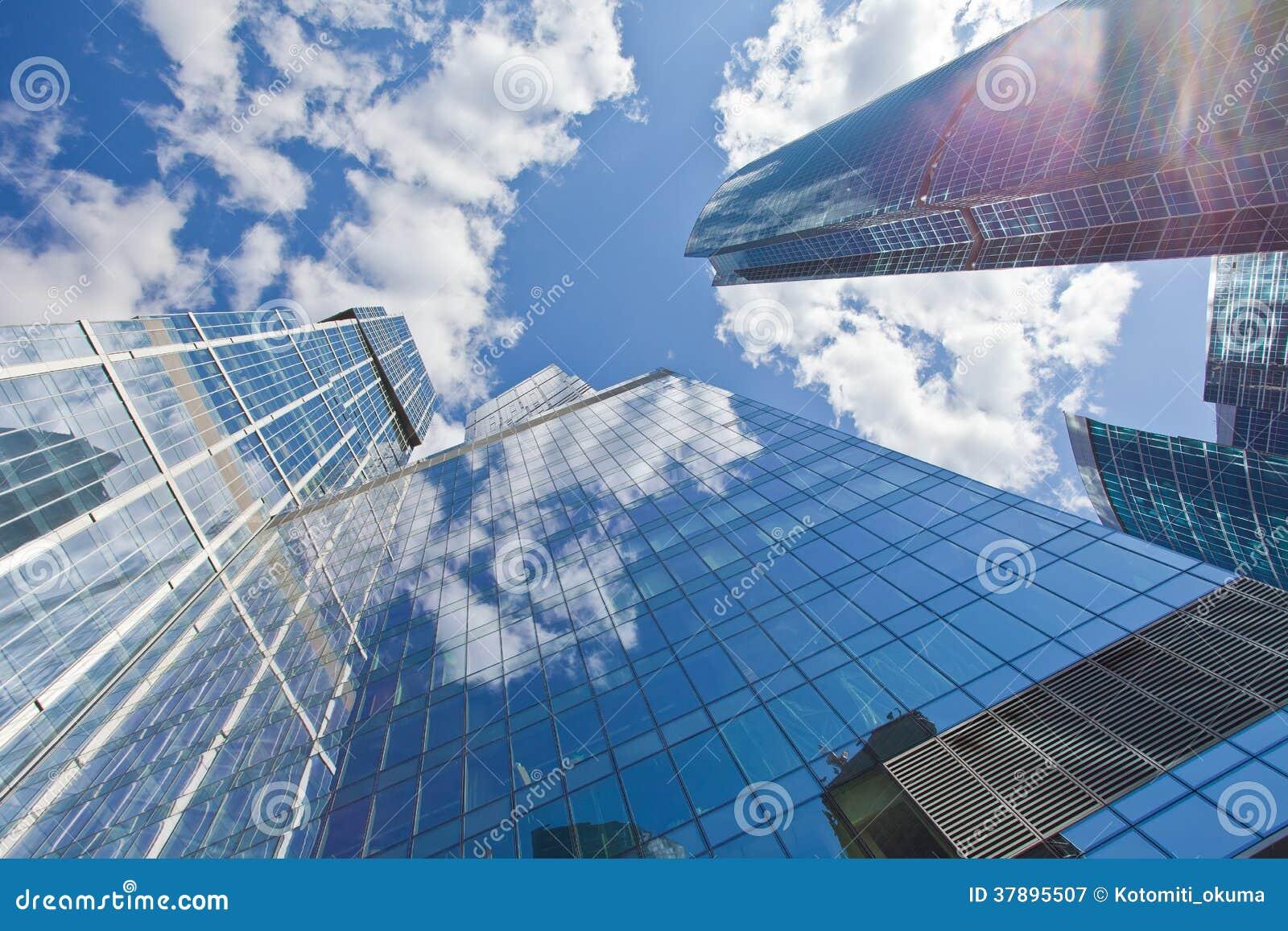 Wolkenkrabbers op hemelachtergrond