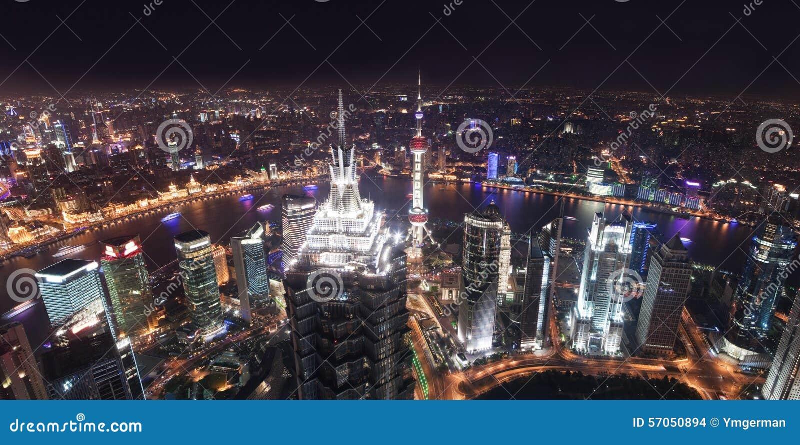 Wolkenkrabbers in Shanghai bij nacht