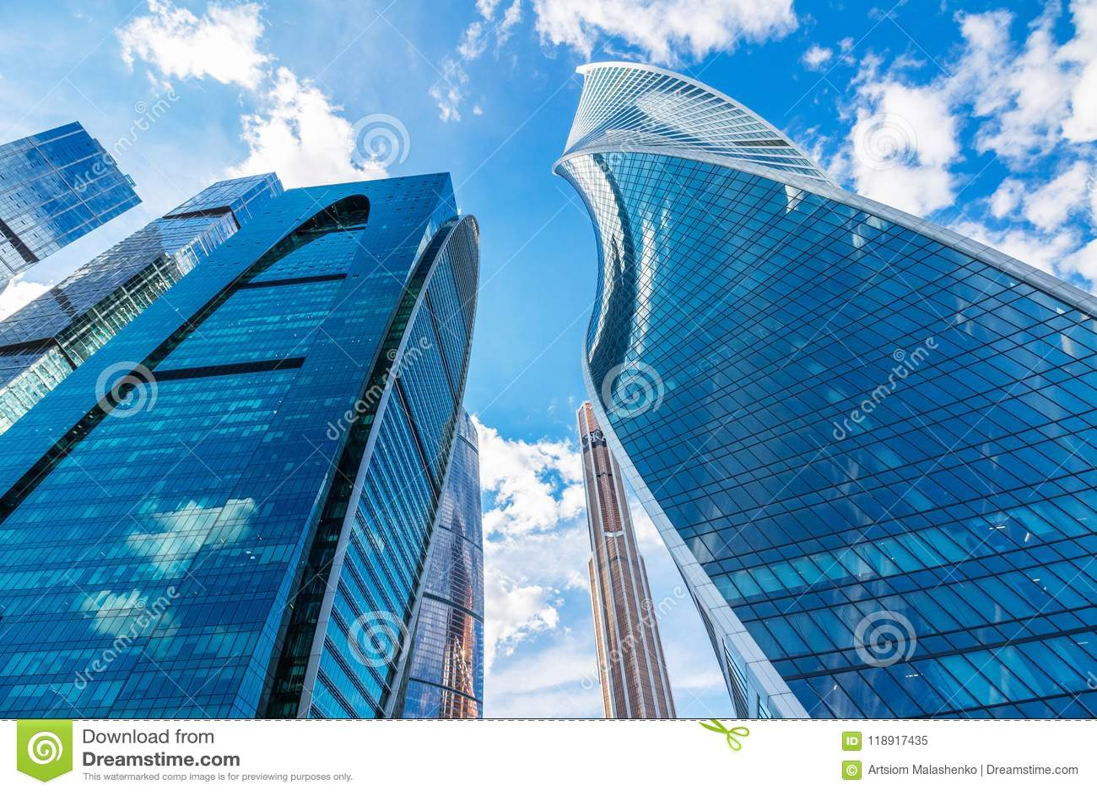 Wolkenkratzer gegen einen schönen Himmel mit Wolken