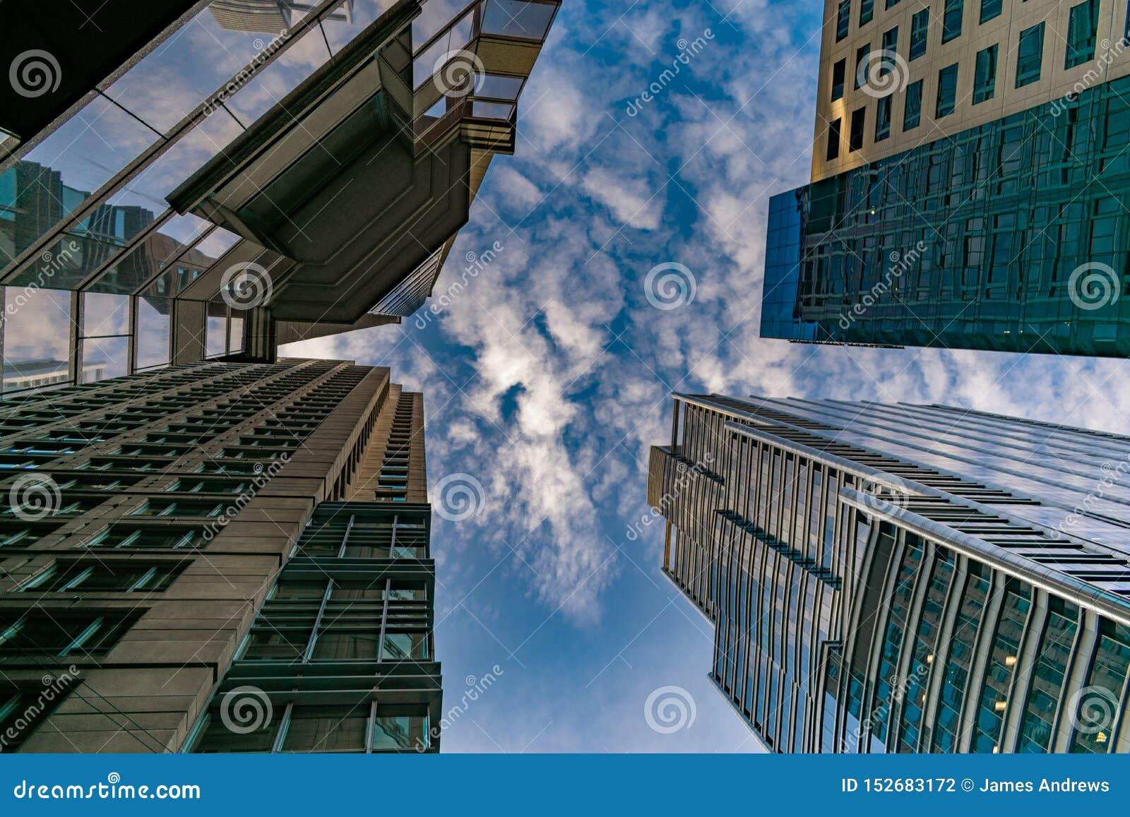 Wolkenkratzer in im Stadtzentrum gelegenem Chicago, das oben in Richtung des Himmels mit Wolken blickt