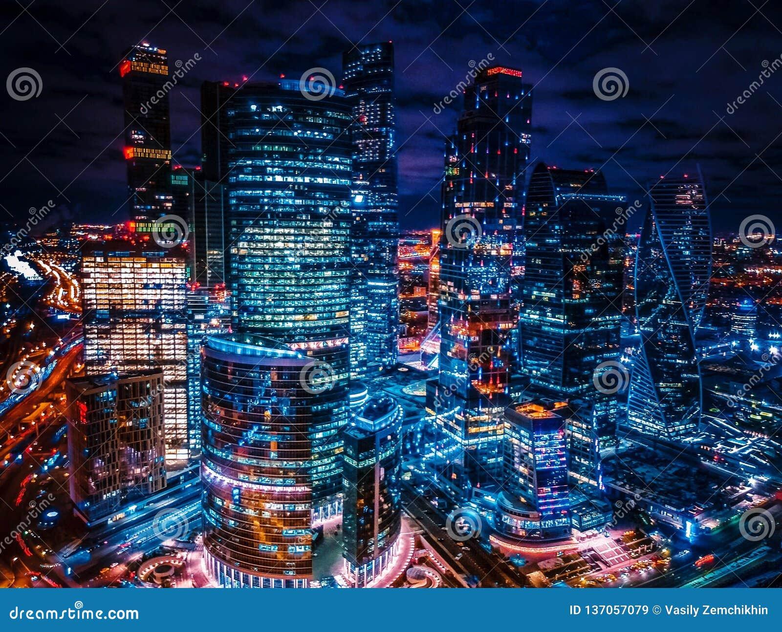 Wolkenkratzer nachts