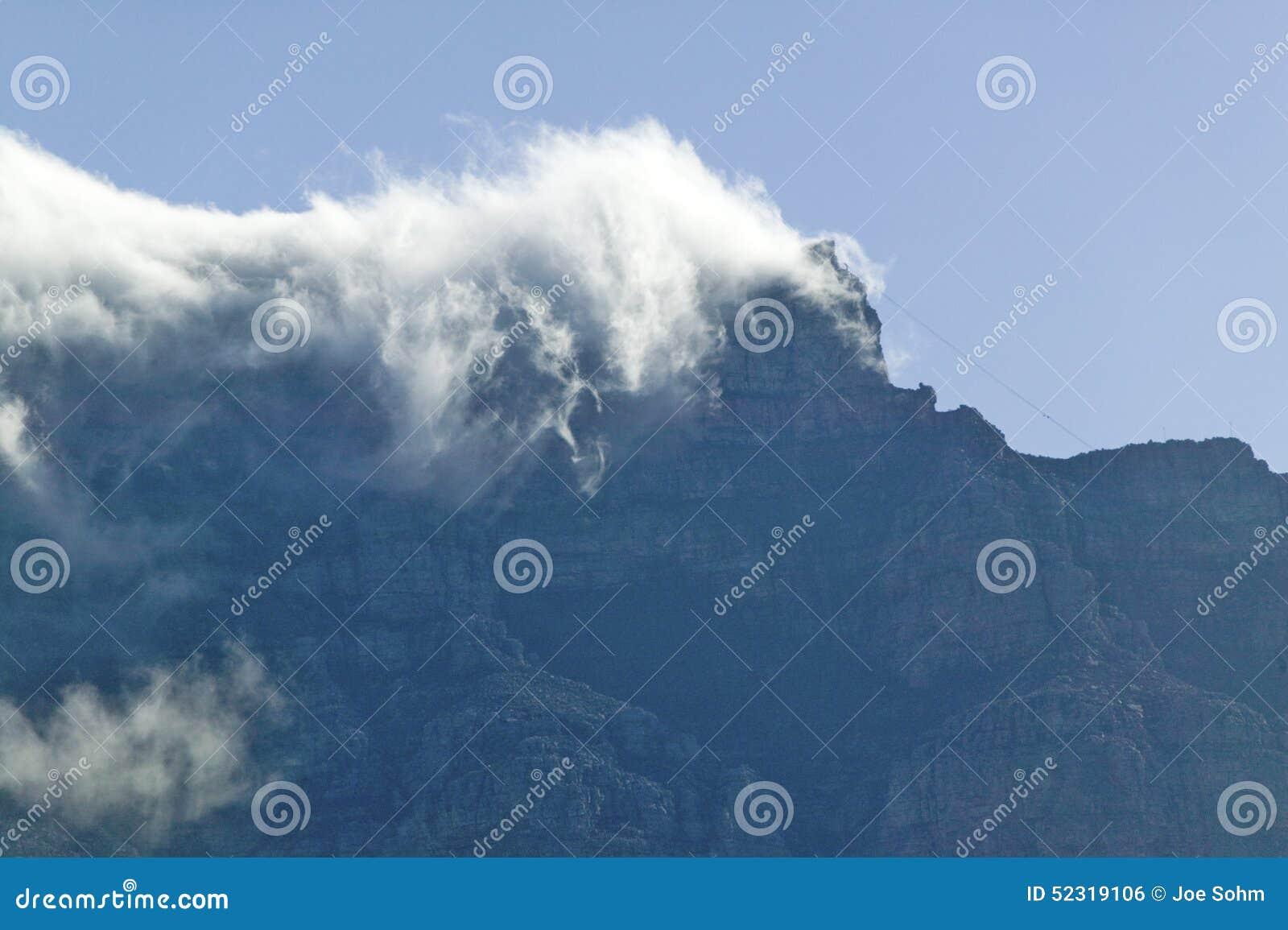 Wolkenslag over Lijstberg en bergen achter Cape Town, Zuid-Afrika