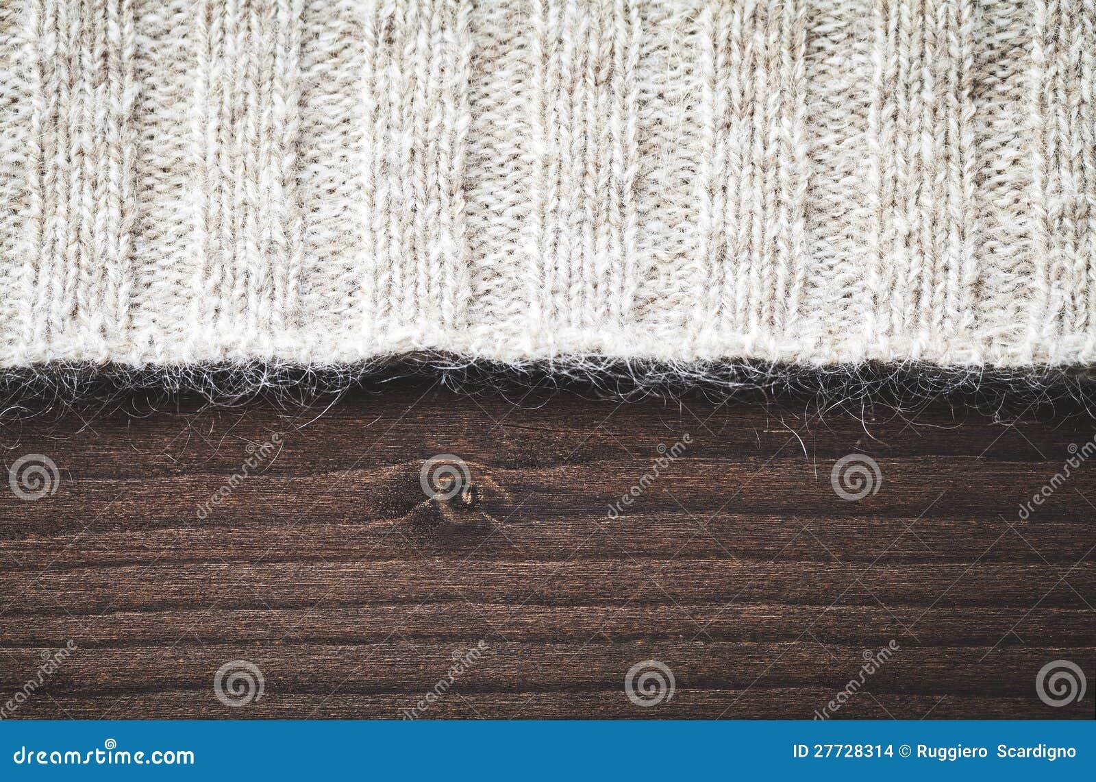 Wollestrickjacke auf Holz