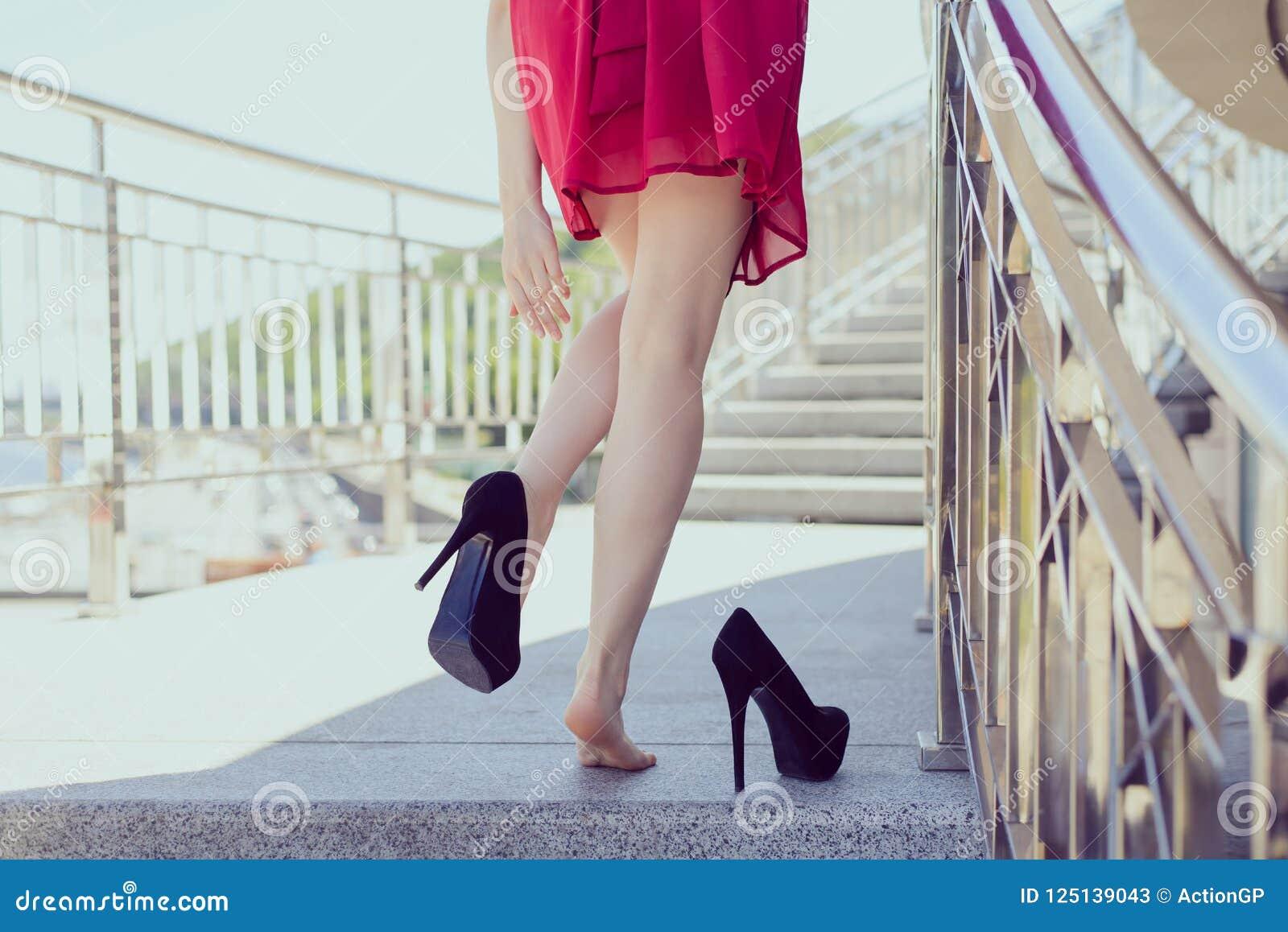 Wolność kodu ubioru ranku klasyczny z klasą wschód słońca po noc klubu masażu odzieży wyczerpywał dziewczyny pojęcie Czytający za