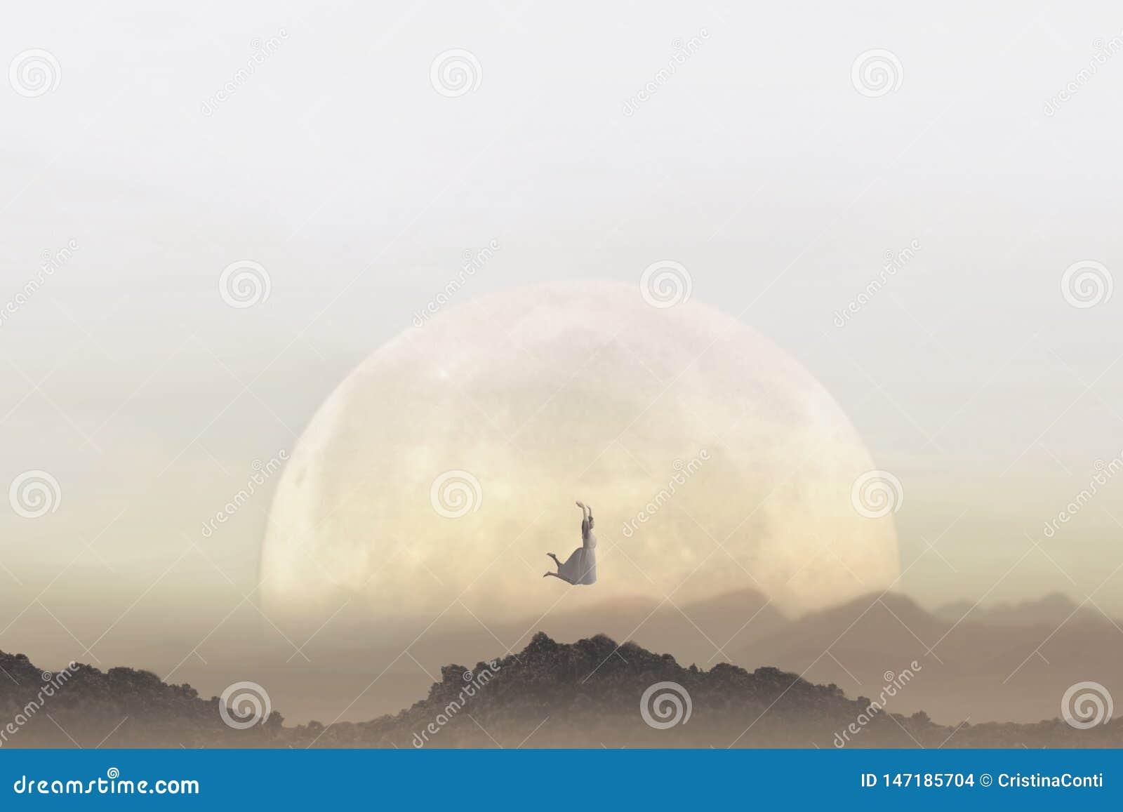 Wolności pojęcie kobiety doskakiwanie przed gigantyczną księżyc