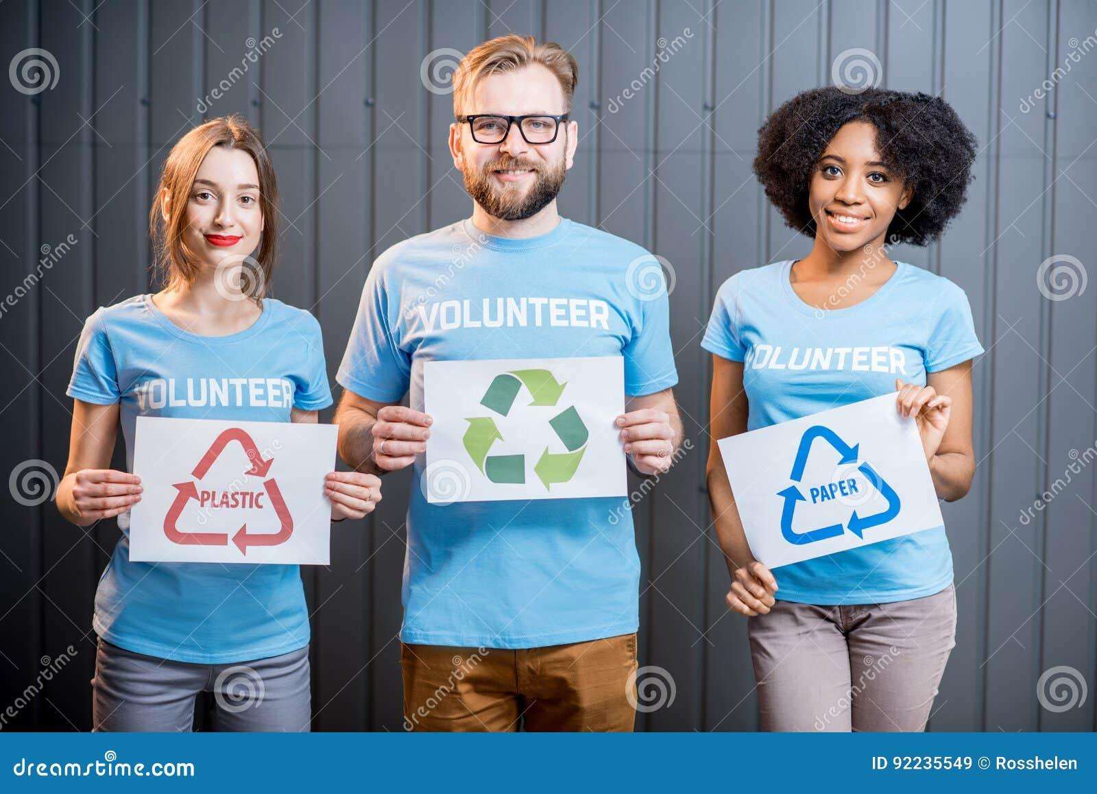 Wolontariuszi z znakami sortować odpady
