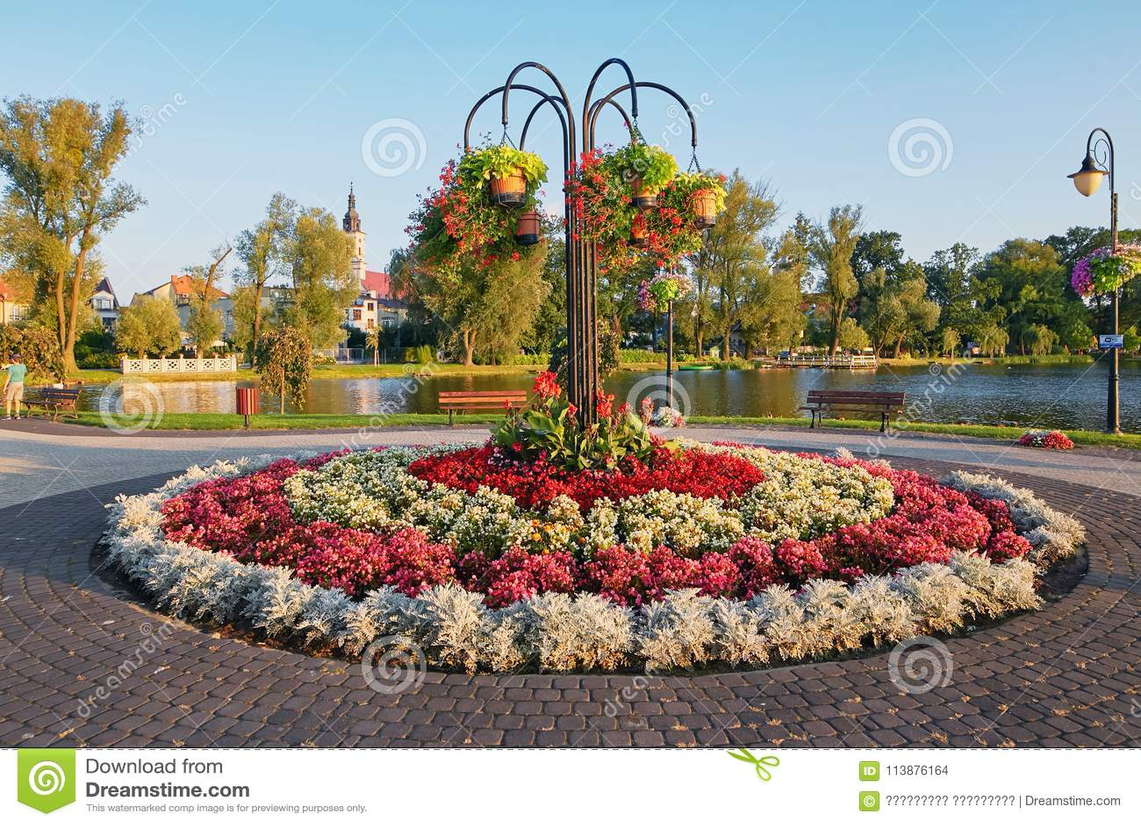 Wolsztyn, POLONIA - 27 de agosto de 2017: Macizo de flores redondo hermoso en la orilla del lago