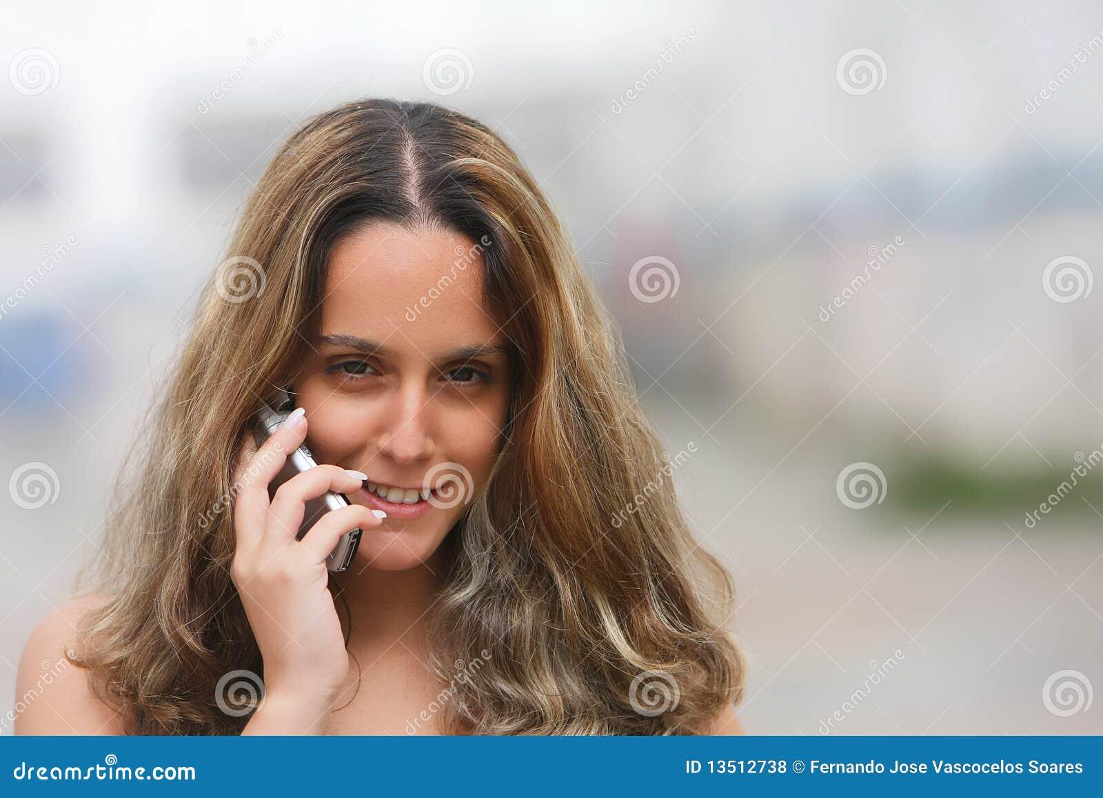 Womam en un teléfono móvil