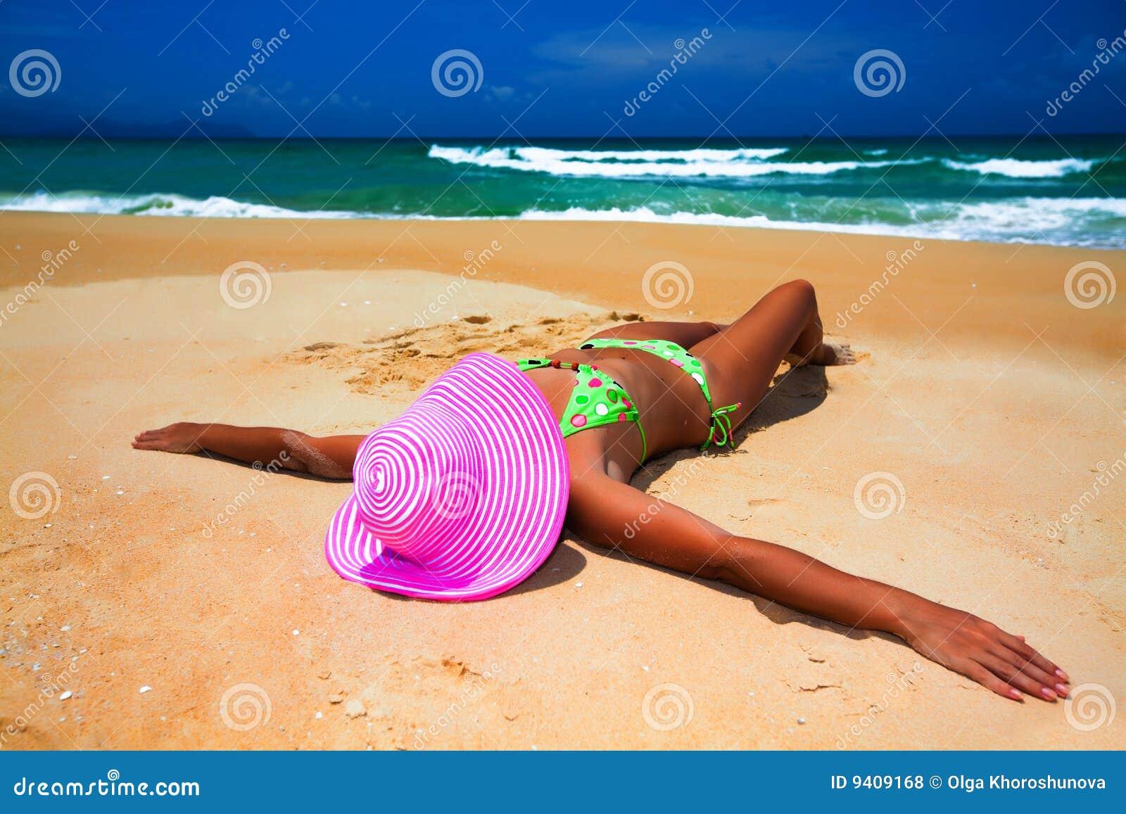 Пляж девушки фото отдыхают