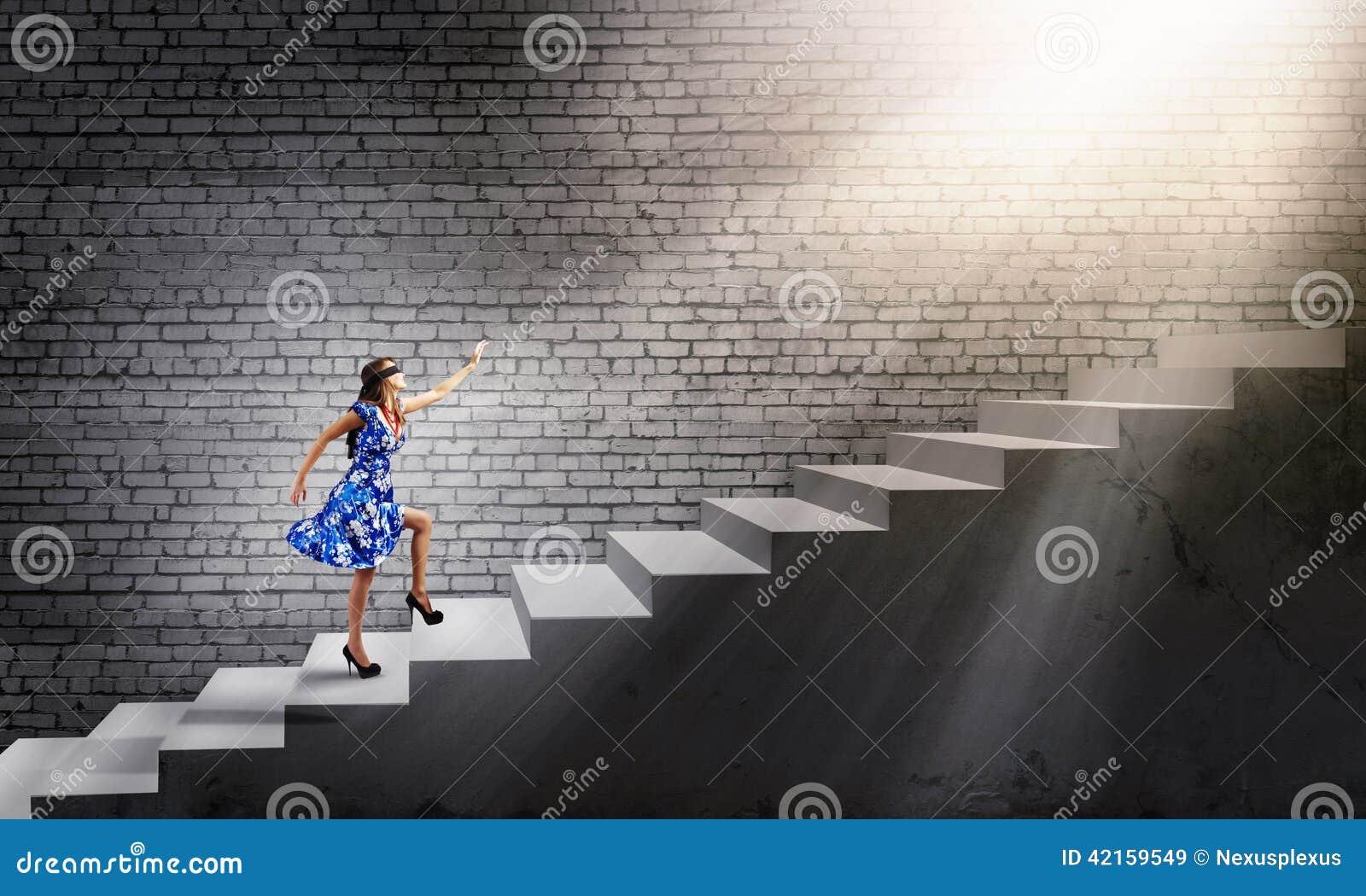 С завязанными глазами на лестнице 8 фотография