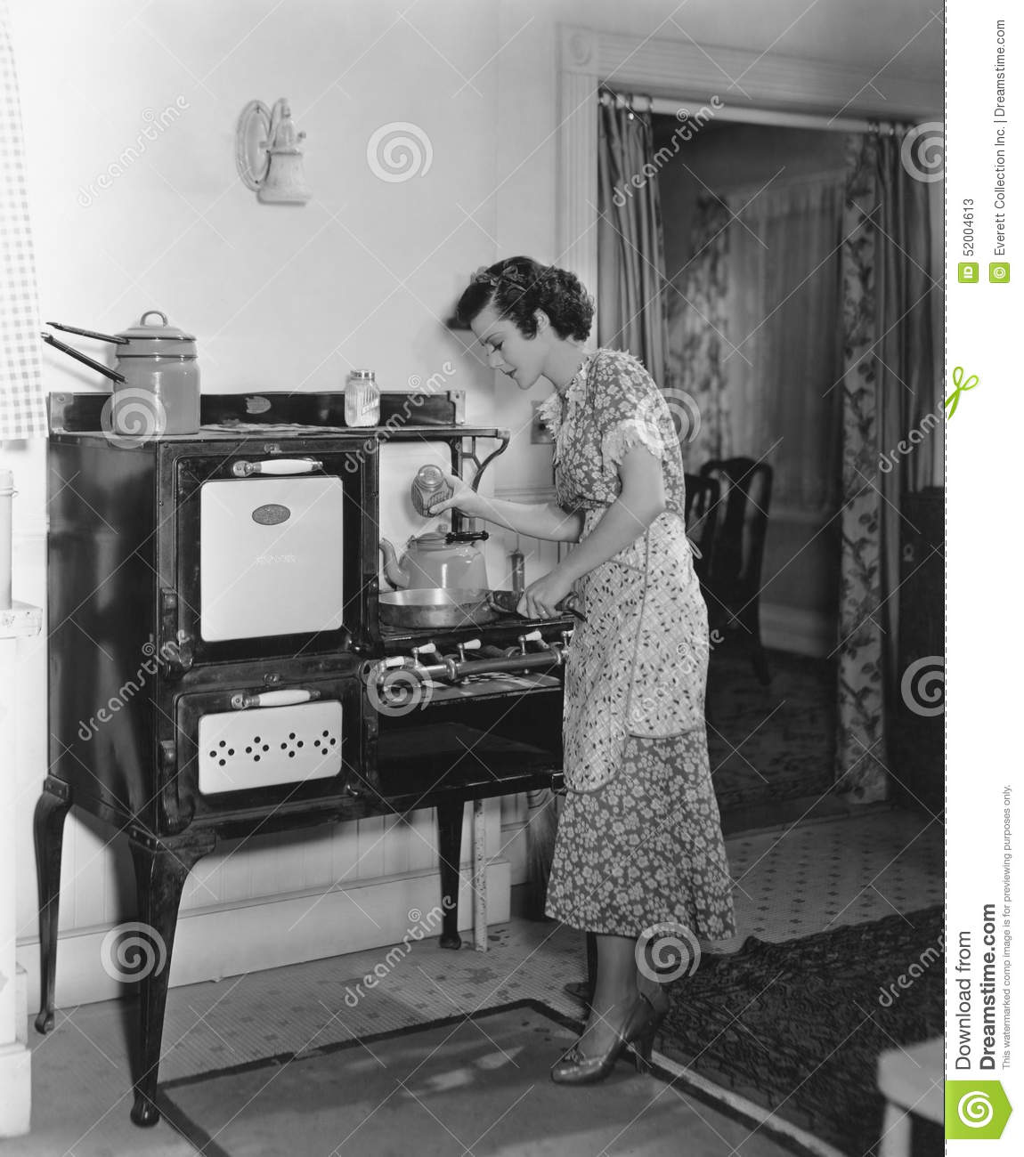 Woman cooking on antique stove stock image image of attractive hungry 52004613 - Cucina anni 20 ...