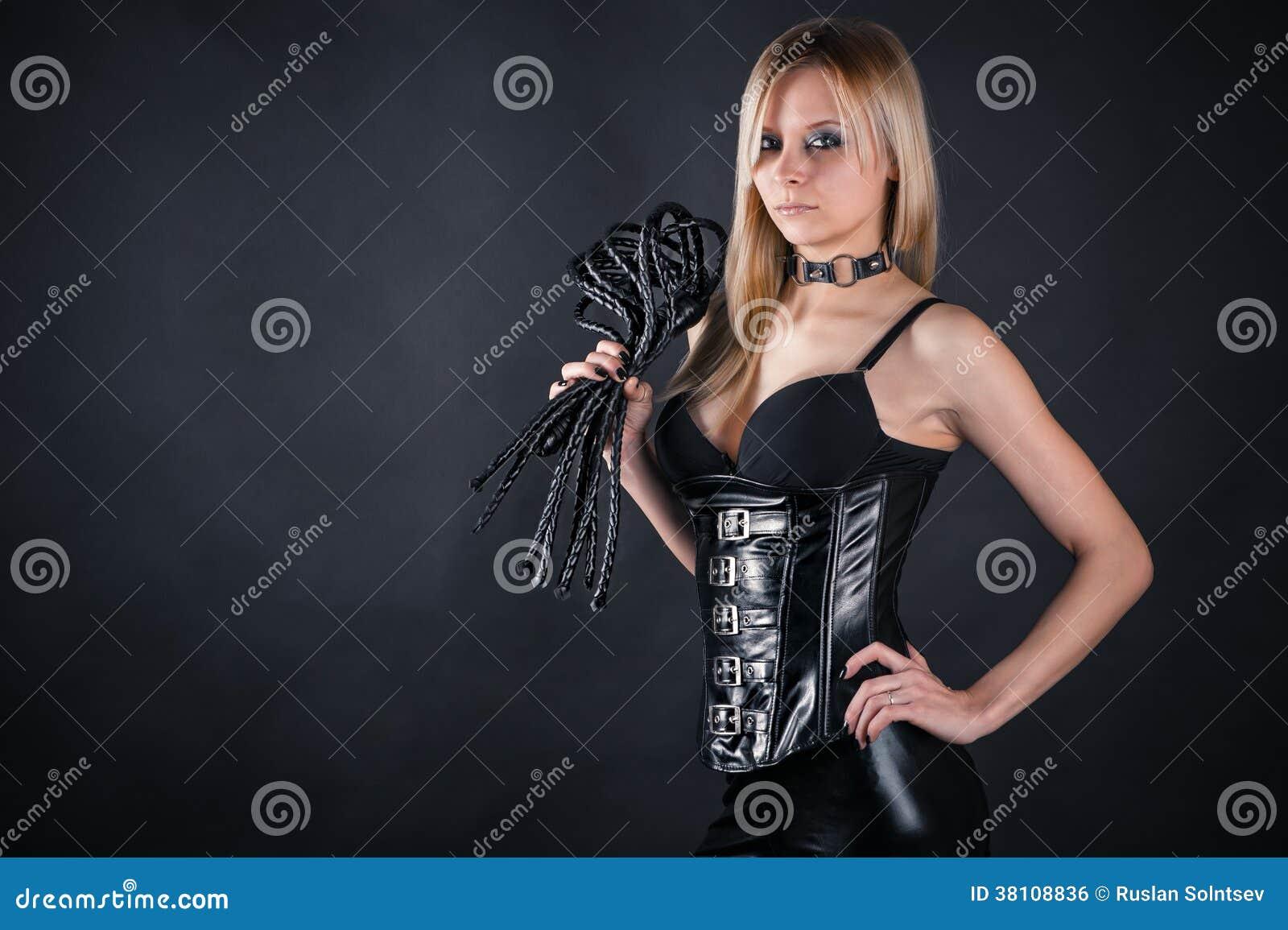Фото девушка в коже с плёткой 8 фотография