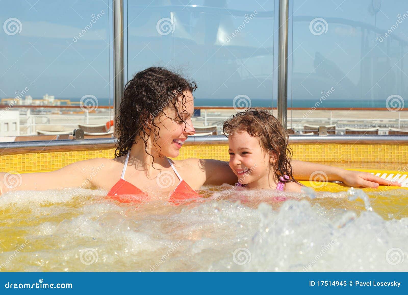 С дочкой в джакузи 2 фотография