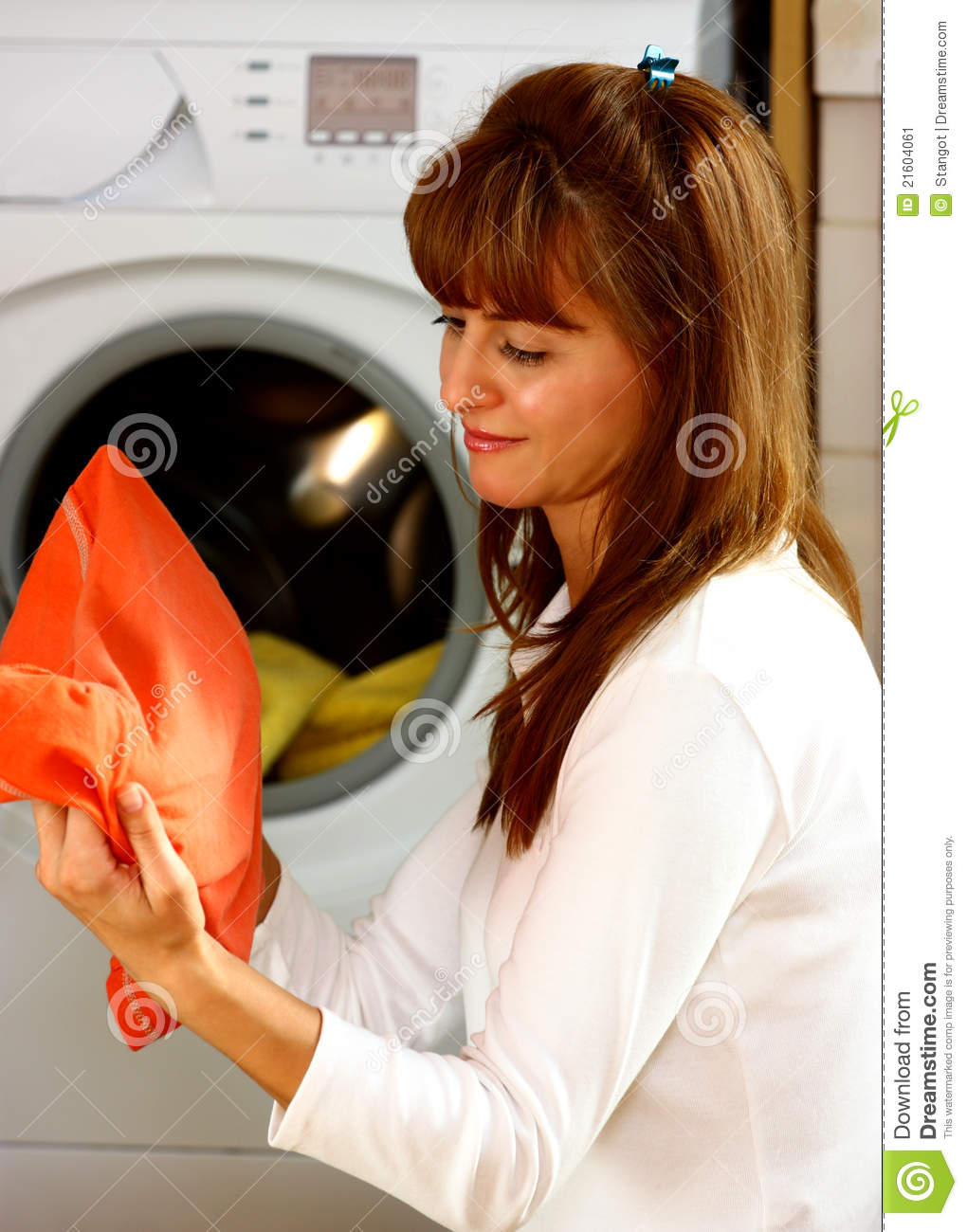 woman-doing-laundry-21604061.jpg