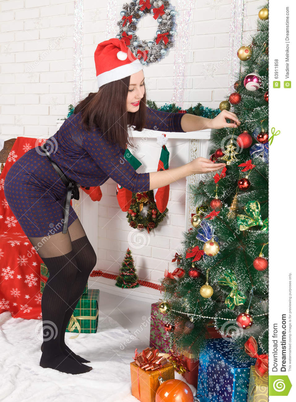 Woman dressing christmas tree for Ideas for dressing a christmas tree
