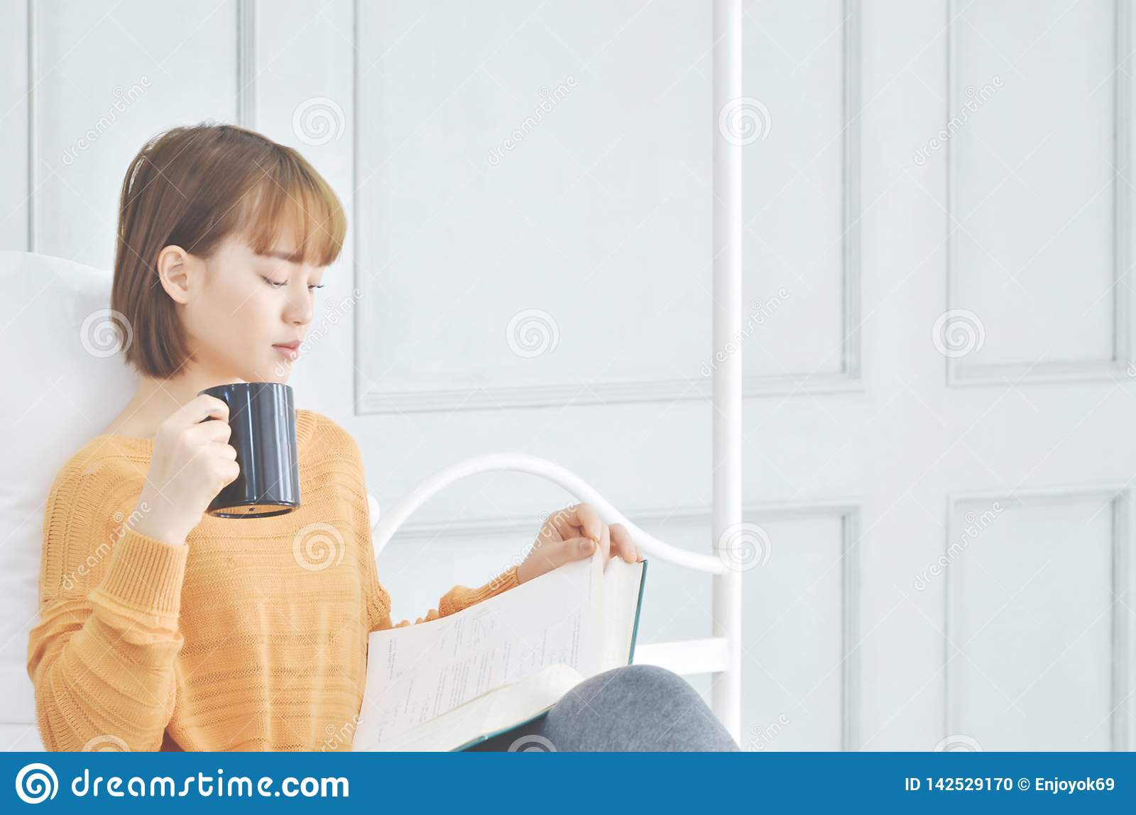 Woman drinking coffee And read books.