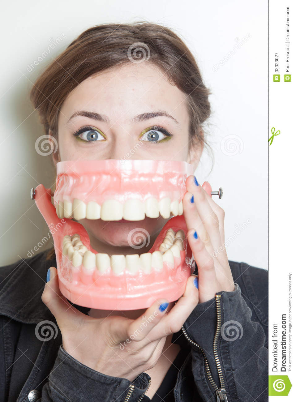 dating a girl with false teeth An article on how to kiss with a partial denture  the natural teeth beside the false teeth is also very susceptible  and your date is reaching in.