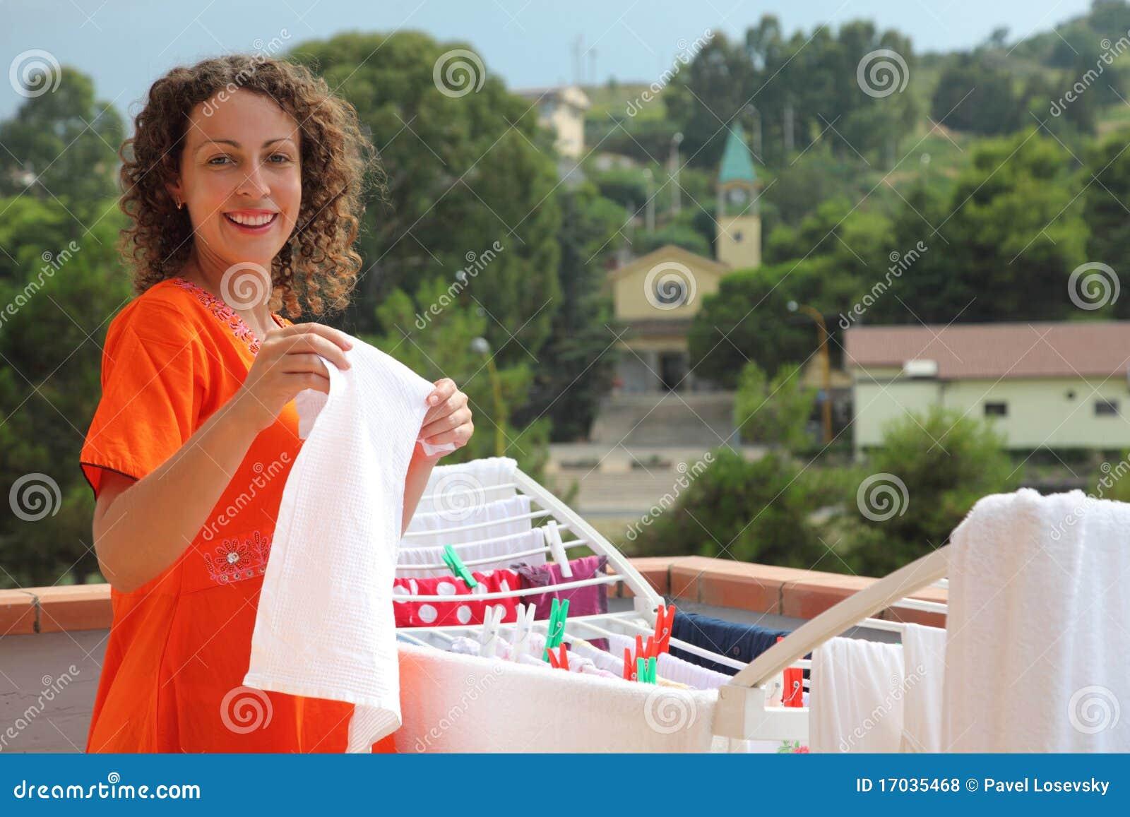 Фото женщины развешивающей белье 11 фотография