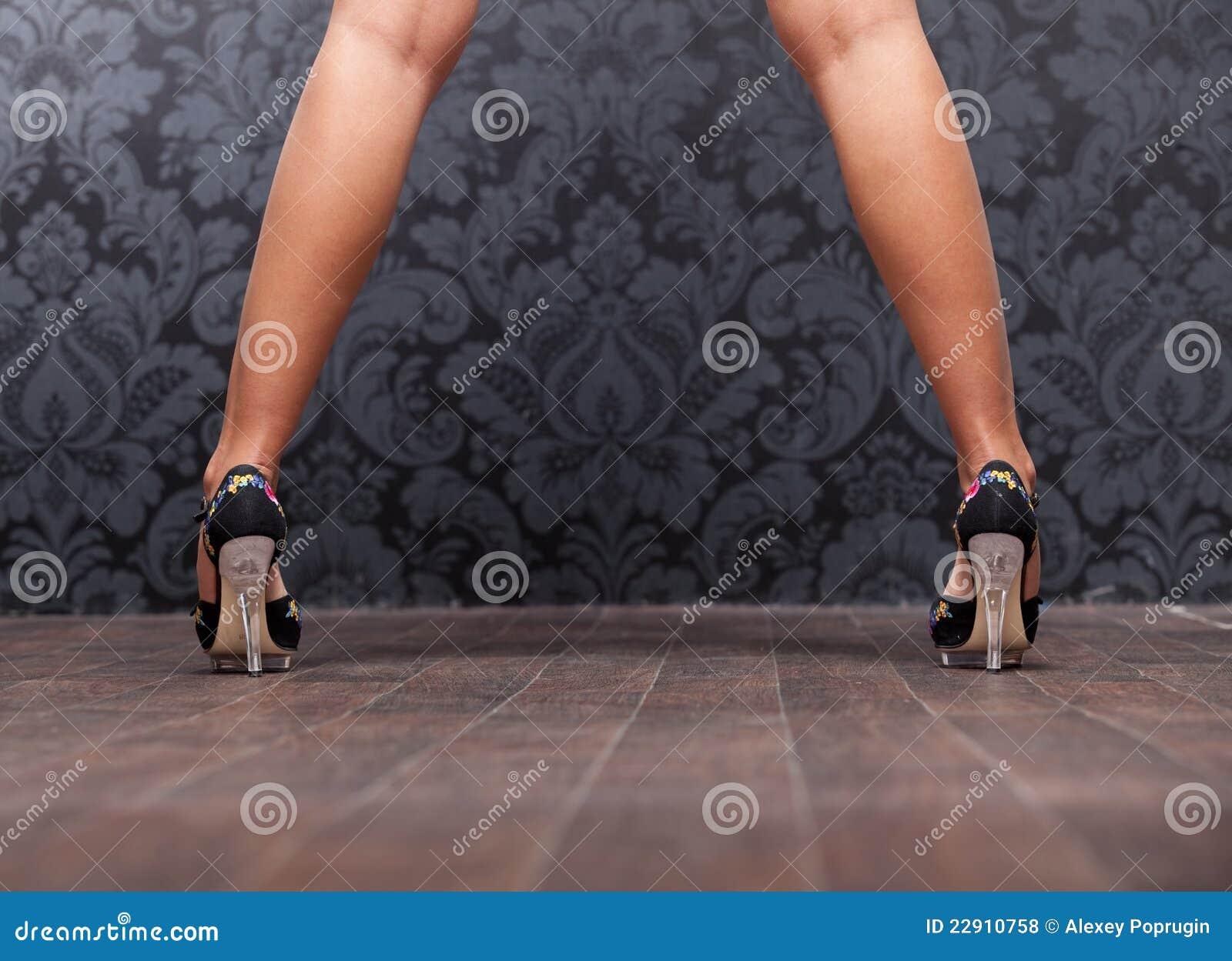 Фото девушки шире ноги 20 фотография