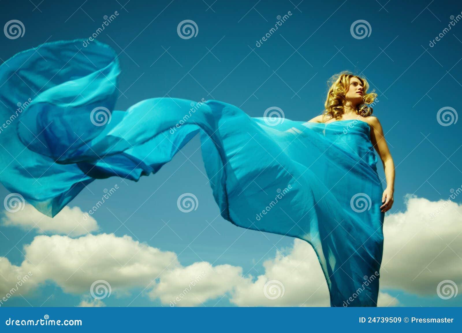 Развивается платье на ветру