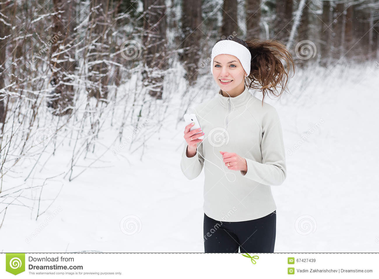Smiling jogging woman listening to music photo | free download.