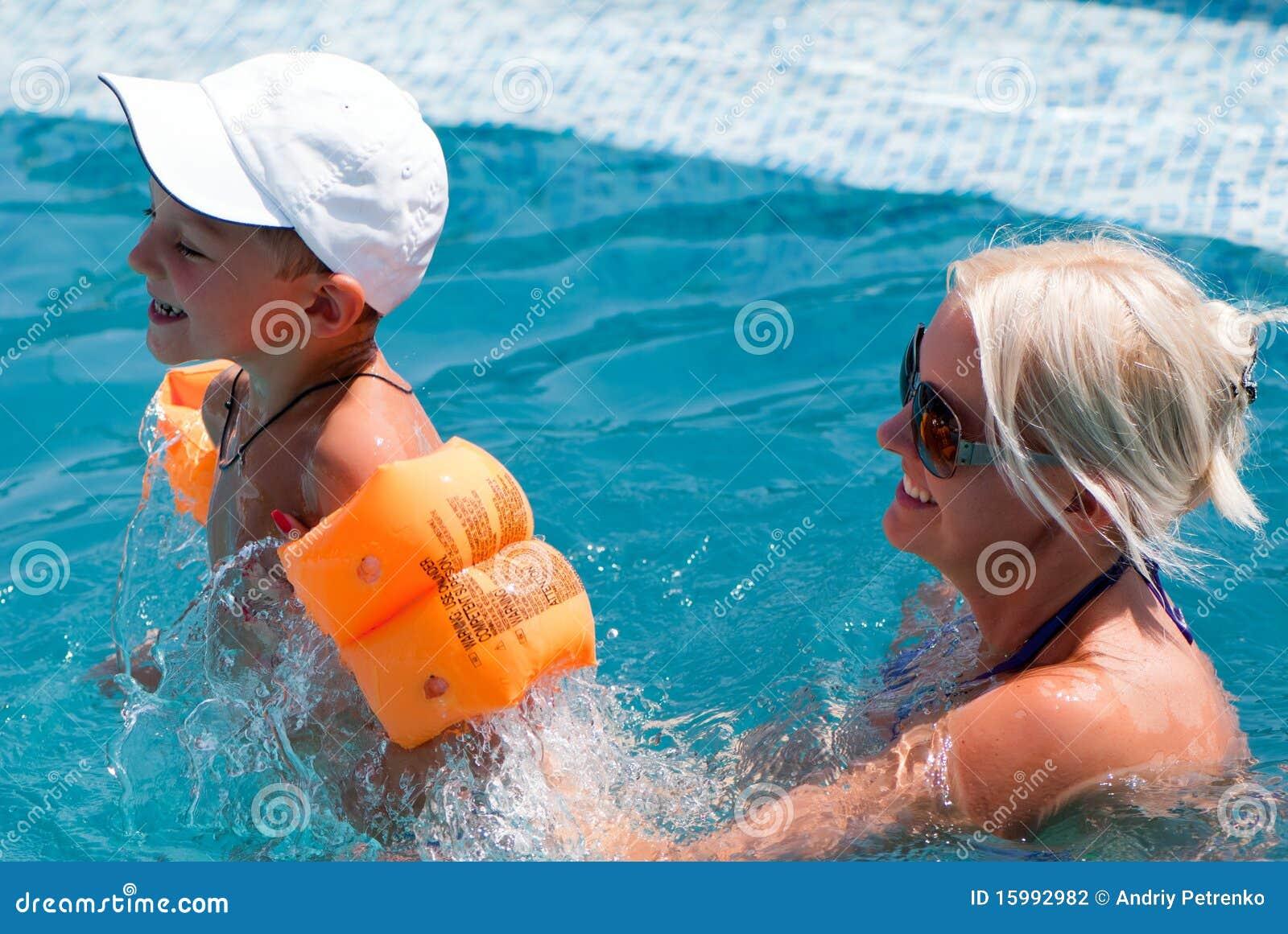 Сын купается с мамой 13 фотография